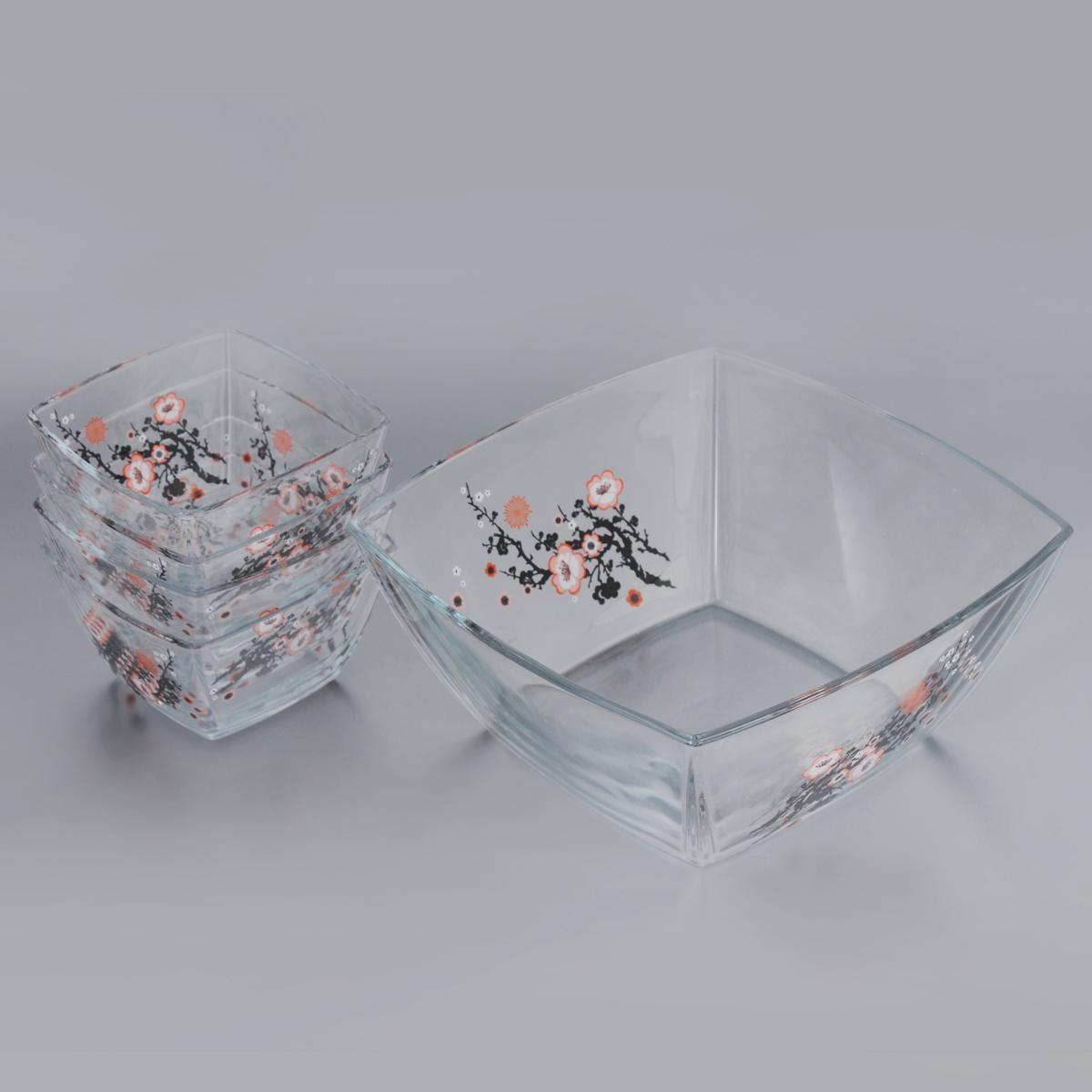 Набор салатников Pasabahce Workshop Сакура, 5 предметов95160BD_бежевыйНабор Сакура, выполненный из высококачественного стекла и декорированный изящным изображением веток сакуры, состоит из одного большого салатника и четырех маленьких салатников. Квадратные салатники прекрасно подойдут для сервировки стола и станут достойным оформлением для ваших любимых блюд. Изящный дизайн, высокое качество и функциональность набора Сакура позволят ему стать достойным дополнением к вашему кухонному инвентарю. Не рекомендуется использовать в микроволновой печи. Можно мыть в посудомоечной машине без использования абразивных средств, а также хранить в холодильнике. Комплектация: 5 шт. Размер маленького салатника: 12,5 см х 12,5 см х 7 см. Размер большого салатника: 24 см х 24 см х 10,5 см.