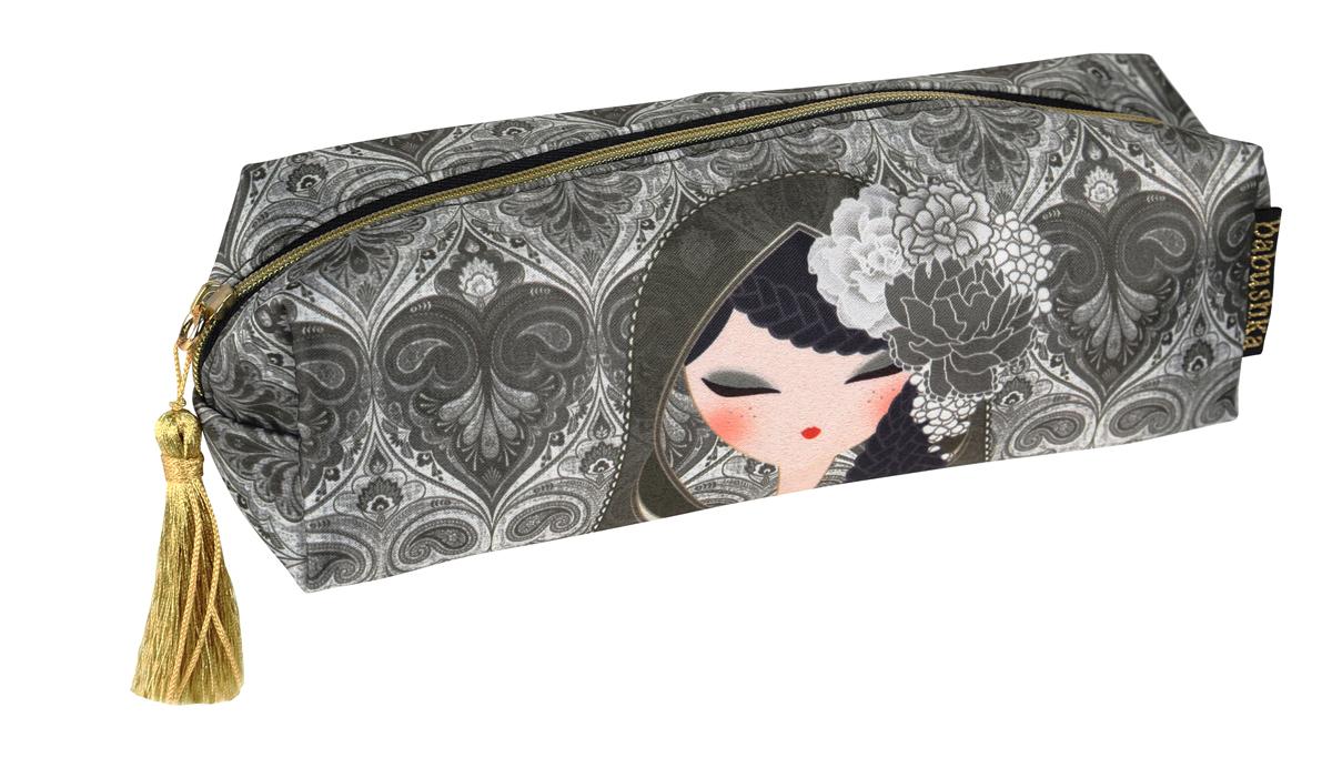 Косметичка Kimmidoll. BKF008BKF008Яркая косметичка Kimmidoll выполнена из сатина и текстиля, оформлена изображением японской куколки в кимоно. Косметичка имеет одно отделение и закрывается на застежку-молнию. Бегунок молнии дополнен золотистой кисточкой. Такой аксессуар оригинального дизайна придется по душе любительнице стильных и практичных вещиц. Он не займет много места в сумочке и добавит индивидуальности своей обладательнице.