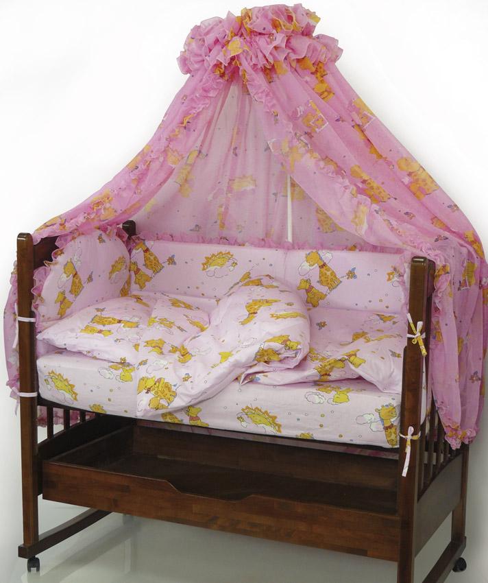 Топотушки Комплект детского постельного белья Жираф Вилли цвет розовый 7 предметов4630008870945Комплект постельного белья из 7 предметов включает все необходимые элементы для детской кроватки. Комплект создает для Вашего ребенка уют, комфорт и безопасную среду с рождения; современный дизайн и цветовые сочетания помогают ребенку адаптироваться в новом для него мире. Комплекты «Топотушки» хорошо вписываются в интерьер как детской комнаты, так и спальни родителей. Как и все изделия «Топотушки» данный комплект отражает самые последние технологии, является безопасным для малыша и экологичным. Российское происхождение комплекта гарантирует стабильно высокое качество, соответствие актуальным пожеланиям потребителей, конкурентоспособную цену. Балдахин 4,5м (вуаль с рисунком); охранный бампер 360х50см. (из 4-х частей, наполнитель – холлофайбер); подушка 40х60см. (наполнитель – холлофайбер); одеяло 140х110см. (наполнитель – холлофайбер); наволочка 40х60см; пододеяльник 147х112см; простынь на резинке 120х60см