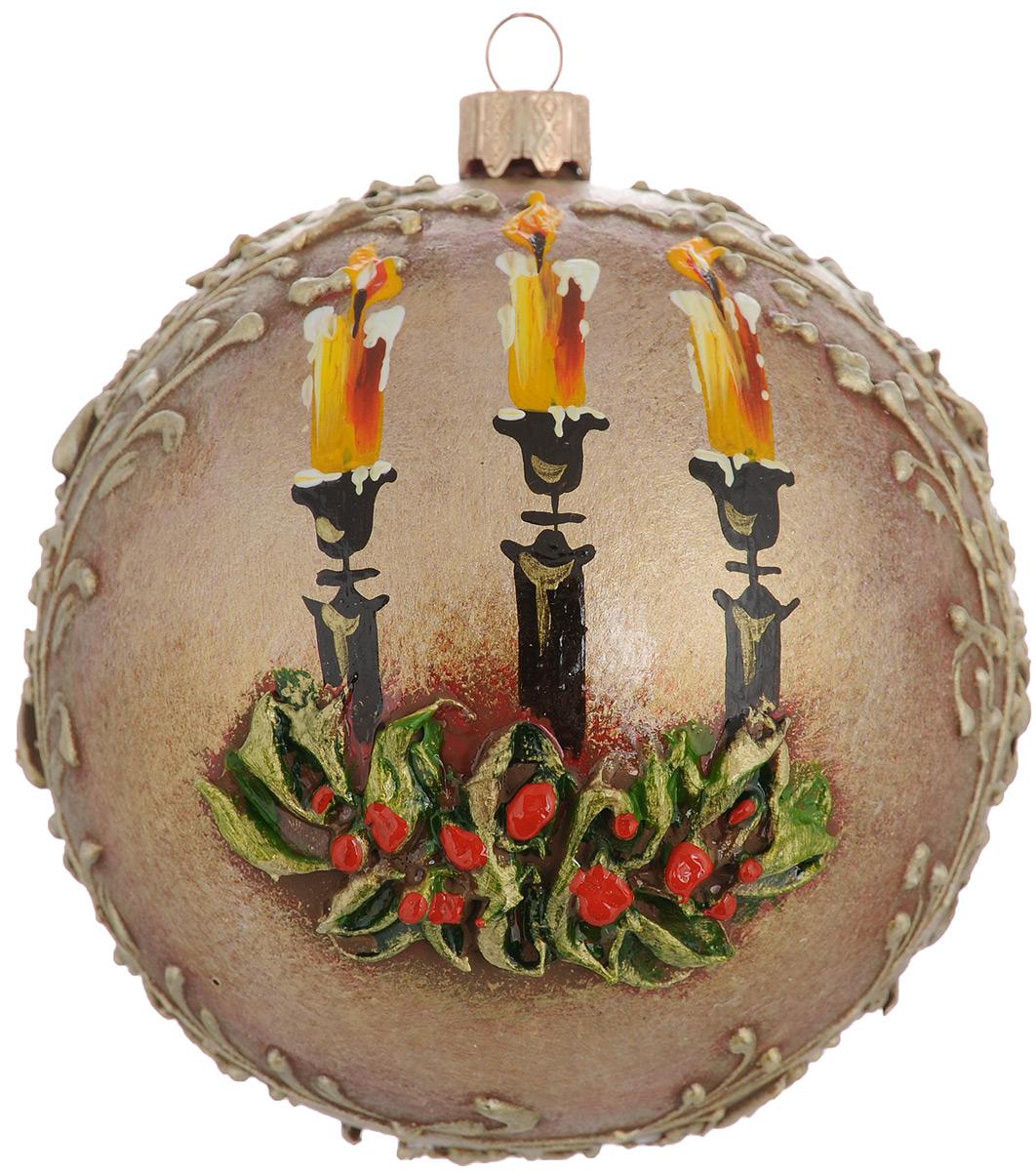 Новогоднее подвесное украшение Три свечи, диаметр 10 см. Ручная росписьH-100-0001-S-Три свечиНовогоднее украшение Три свечи отлично подойдет для украшения вашего дома и новогодней ели. Игрушка выполнена из тонкого стекла в виде шара и декорирована изображением подсвечника со свечами на фоне листьев остролиста. Украшение оснащено специальной металлической петелькой, в которую можно продеть нитку или ленту для подвешивания. Елочная игрушка - символ Нового года. Она несет в себе волшебство и красоту праздника. Создайте в своем доме атмосферу веселья и радости, украшая всей семьей новогоднюю елку нарядными игрушками, которые будут из года в год накапливать теплоту воспоминаний.