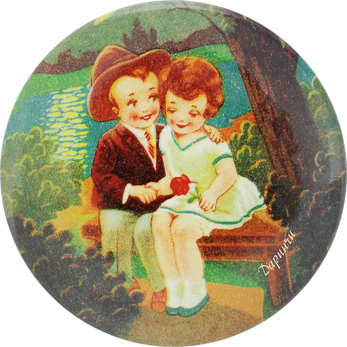 Зеркало карманное Даринчи. № 2Зеркальце 2Карманное зеркало Даринчи, выполненное в круглом металлическом корпусе, оформлено изображением мальчика и девочки на фоне вечернего озера. Такое зеркало станет отличным подарком представительнице прекрасного пола, ведь даже самая маленькая дамская сумочка обязательно вместит в себя миниатюрное зеркальце, а красочное изображение на обратной стороне зеркала непременно порадует вас и поднимет вам настроение даже в самый хмурый день.