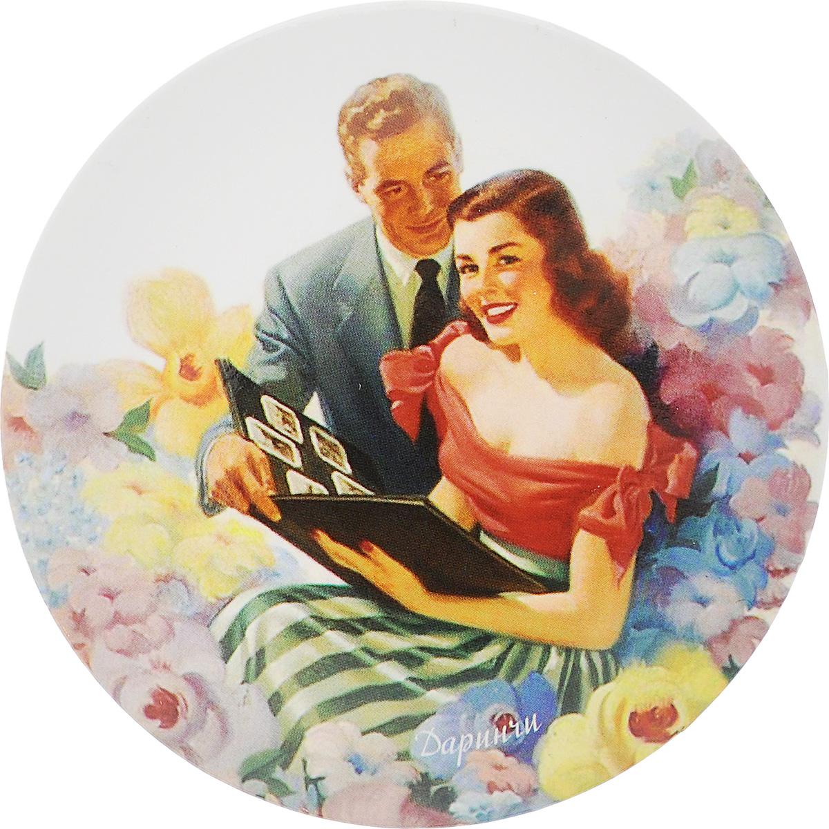 Зеркало карманное Даринчи. № 5Зеркальце 5Карманное зеркало Даринчи, выполненное в круглом металлическом корпусе, оформлено изображением романтичной пары в окружении цветов. Такое зеркало станет отличным подарком представительнице прекрасного пола, ведь даже самая маленькая дамская сумочка обязательно вместит в себя миниатюрное зеркальце, а красочное изображение на обратной стороне зеркала непременно порадует вас и поднимет вам настроение даже в самый хмурый день.