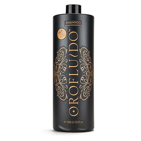 Orofluido Шампунь для волос 1000 мл7219946000Шампунь Orofluido мягко и деликатно очищает волосы, в его основе лежит масляная формула, сочетающая масла арганы, льна и ситника. Льняное масло запечатывает кутикулу, насыщает волосы витамином Е, а также придает локонам изумительный блеск, который точно не останется незамеченным окружающими. Масло арганы восстанавливает пересушенные и сильно поврежденные волосы, возвращает им природную силу и шелковистость. Масло ситника увлажняет, смягчает волосы, прибавляет им эластичность и, приподнимая их от корней, придает объем. В результате ваши волосы становятся на удивление послушными, они легко расчесываются и прекрасно поддаются укладке. В пользу шампуня Orofluido говорит и тонкий аромат ванили и амбры, который он придает волосам.
