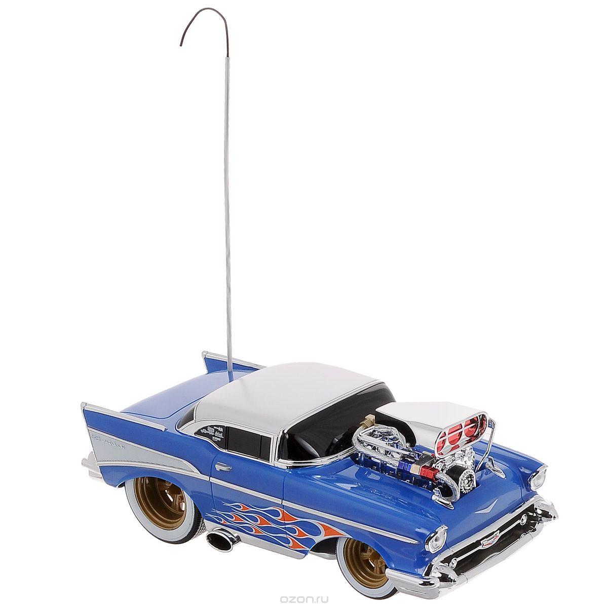 Maisto Радиоуправляемая модель Chevrolet Bel Air цвет коробки синий81302_синий_2873Радиоуправляемая машина Chevrolet Bel Air доставит массу приятных впечатлений людям любого возраста. Игрушка отличается ярким, стильным дизайном и удобным управлением. Это самый настоящий раритетный автомобиль 1957 года, для любителей автомобильной техники и стиля Ретро. Модель дополнена хромированными деталями и двигателем на капоте. Полный привод (вперед, назад, вправо, влево) обеспечивает отличную проходимость. Модель обладает высокой стабильностью движения, что позволяет полностью контролировать процесс, управляя уверенно и без суеты. При движении машины вперед и назад, загорается подсветка. Такая модель станет отличным подарком не только любителю автомобилей, но и человеку, ценящему оригинальность и изысканность, а качество исполнения представит такой подарок в самом лучшем свете. Для работы пульта необходимо 2 батарейки типа АА, для работы автомобиля - 3 батарейки типа АА (входят в комплект).