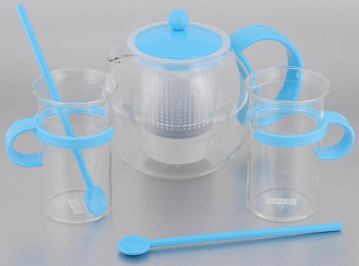 Набор чайный Bodum Assam, цвет: прозрачный, голубой, 5 предметовAK1844-XY-70lblЧайный набор Bodum Assam состоит из двух кружек, двух ложек и чайника, выполненных из высококачественного стекла и пластика. Элегантный дизайн набора придется по вкусу и ценителям классики, и тем, кто предпочитает утонченность и изысканность. Он настроит на позитивный лад и подарит хорошее настроение с самого утра. Чайный набор Bodum Assam идеально подойдет для сервировки стола и станет отличным подарком к любому празднику. Объем кружки: 300 мл. Диаметр кружки (по верхнему краю): 7,5 см. Высота кружки: 12,3 см. Объем чайника: 1 л. Диаметр чайника (по верхнему краю): 9,5 см. Высота чайника (без учета крышки): 12,5 см. Длина ложки: 20 см.