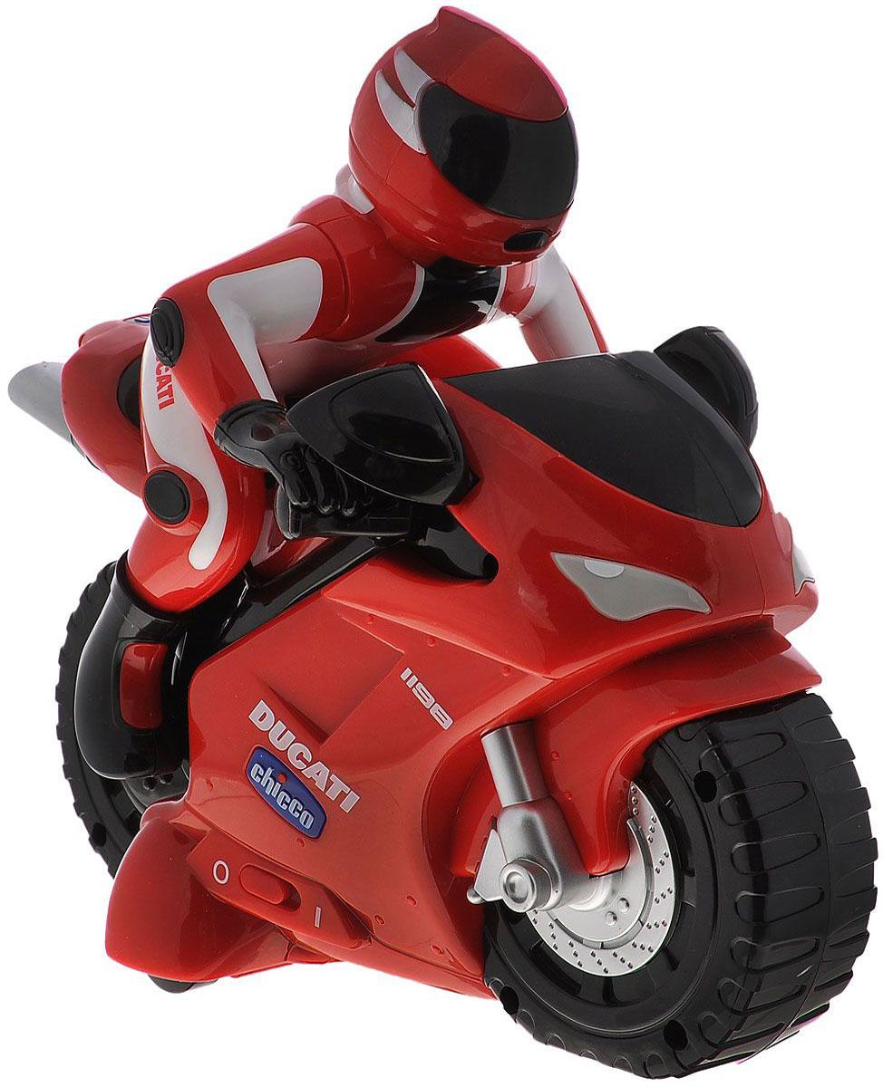 Chicco Мотоцикл на радиоуправлении Ducati389000000Гоночный мотоцикл Ducati с дистанционным управлением привлечет внимание вашего малыша и не позволит ему скучать, ведь так интересно и захватывающе покатать свой спортивный мотоцикл, или устроить гонку с другом. Мотоцикл, который использует интуитивное управление, разработан специально для самых маленьких. Малышу достаточно просто поворачивать пульт и мотоцикл поедет в нужном направлении. Пульт управления выполнен в виде настоящего руля, что делает игру более увлекательной. Движение мотоцикла сопровождается настоящим звуком мотора. Порадуйте своего непоседу такой замечательной игрушкой! Турбо-мотоцикл Ducati 1198 r/c Chicco издает звук работающего мотоциклетного двигателя и может передвигаться в шести различных направлениях. Удобный и легкий пульт управления сделан в виде реального мотоциклетного руля, для изменения направления движения необходимо всего лишь повернуть пульт в нужную сторону. Для работы мотоцикла требуются 4 батарейки типа АА (не входит в...