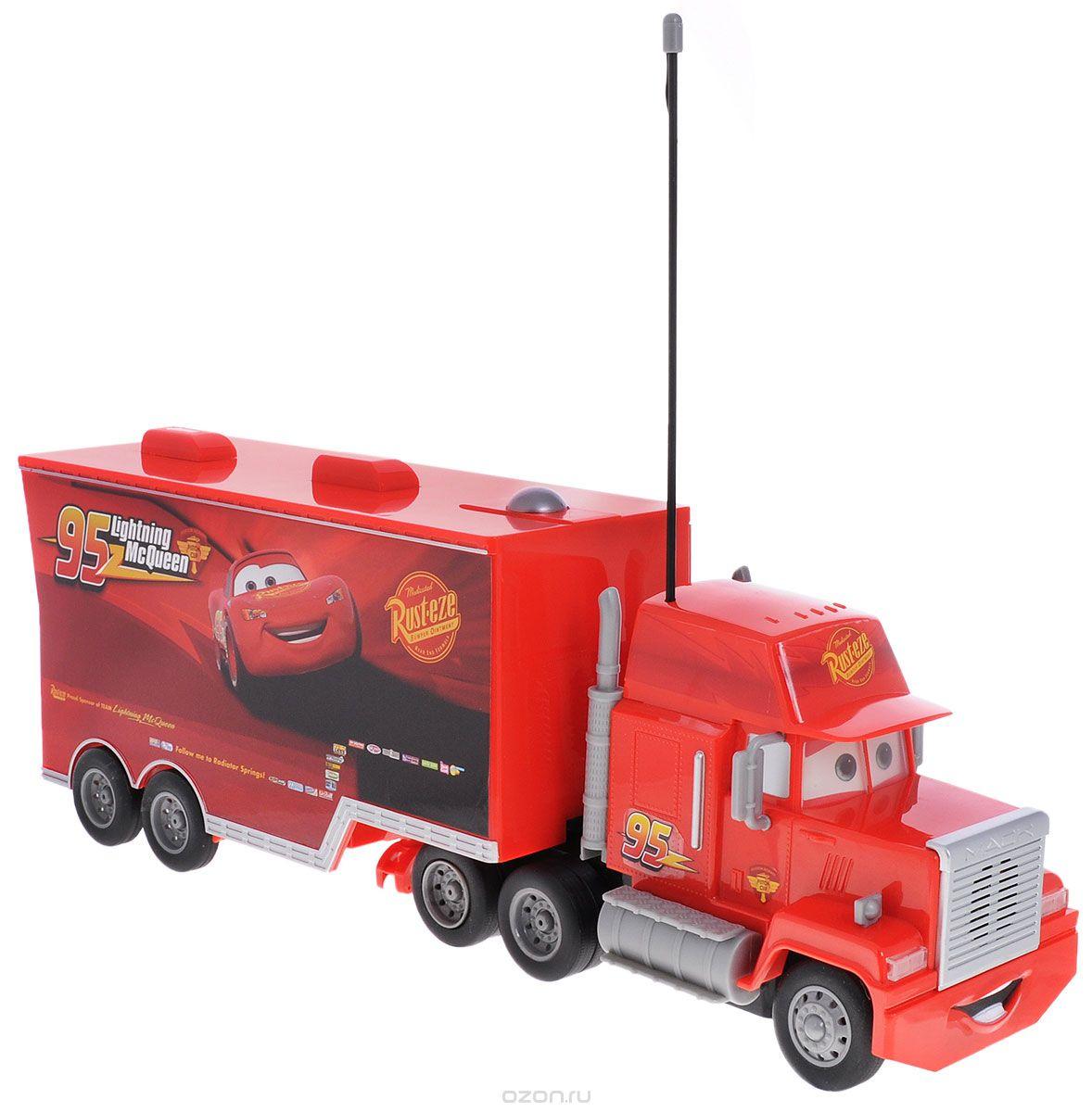 Dickie Toys Машина на радиоуправлении Мак Трак3089535Машина с дистанционным управлением Cars Мак Трак со световыми и звуковыми эффектами непременно понравится вашему ребенку. Машина выполнена из безопасного пластика в виде грузовика Мака - персонажа мультфильма Тачки. Машина ездит по поверхности, управляемая пультом. Также она оснащена большим прицепным фургоном, в который легко помещаются автомобили Dickie из серии Cars. В комплект входят машина, пульт управления и инструкция по эксплуатации на русском языке. Игрушки на радиоуправлении помогают ребенку не только весело проводить свое свободное время, но и развивать внимание и концентрацию. Порадуйте его таким замечательным подарком! Пульт управления работает от 3 батареек ААА, машина работает от 3 батареек АА (не входят в комплект).