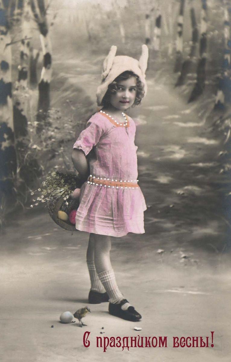 Поздравительная открытка в винтажном стиле Пасха. ОТКР №102ОТКР №102Оригинальная поздравительная открытка Пасха выполнена из плотного матового картона. На лицевой стороне расположено красочное изображение девочки в розовом платье с корзинкой цветов. Обратная сторона открытки имеет место для марки и свободное пространство, на котором вы сможете написать собственное послание. Необычная и яркая открытка в винтажном стиле поможет вам выразить чувства и передать теплые поздравления. Такая открытка станет великолепным дополнением к подарку или оригинальным почтовым посланием, которое, несомненно, удивит получателя своим дизайном и подарит приятные воспоминания.