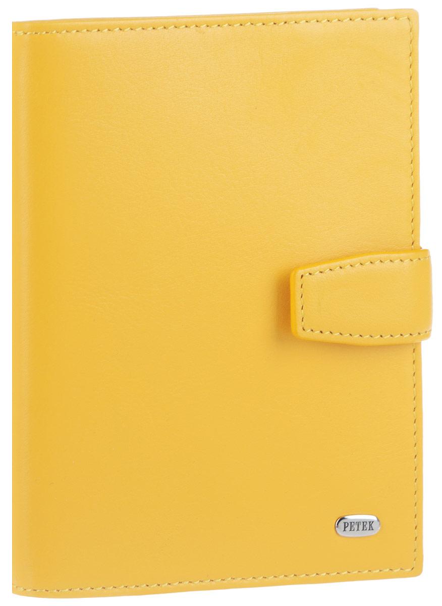 Обложка для автодокументов женская Petek 1855, цвет: желтый. 595.167.85595.167.85 AuroraЭлегантная женская обложка для автодокументов Petek 1855 выполнена из натуральной кожи. Изделие оформлено металлической пластиной с гравировкой бренда. Внутри имеется отделение для паспорта, два боковых сетчатых кармана и блок из шести прозрачных файлов из мягкого пластика, один из которых формата А5. Обложка закрывается на хлястик с кнопкой. Такая обложка не только поможет сохранить внешний вид ваших документов и защитит их от повреждений, но и станет стильным аксессуаром, идеально подходящим вашему образу.