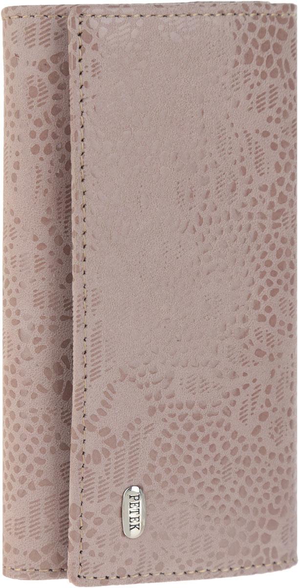 Ключница женская Petek 1855, цвет: серо-розовый. 518.109.39518.109.39 Pastel LilacСтильная женская ключница Petek 1855 выполнена из натуральной кожи с лазерной обработкой и цветочным принтом и оформлена металлической пластиной с гравировкой бренда. Изделие закрывается на клапан с двумя кнопками. Внутри находится шесть металлических крючков для ключей, прорезной карман на застежке-молнии и боковой карман. Ключница упакована в фирменную коробку. Этот аксессуар станет замечательным подарком человеку, ценящему качественные и практичные вещи.