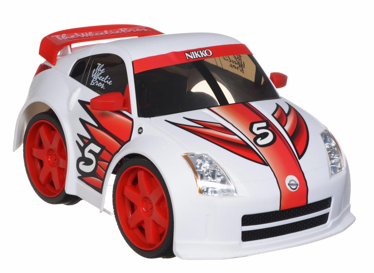 Nikko Машина на радиоуправлении Nissan 350Z800001Машина на радиоуправлении Nissan 350Z обязательно привлечет внимание взрослого и ребенка и понравится любому, кто увлекается автомобилями. Яркая машина-игрушка в стиле оригинального автомобиля Nissan. Она умеет вставать на дыбы благодаря мощному мотору и заднему приводу. Моделью легко управлять и любая гонка принесет удовольствие. Управление машинкой происходит с помощью удобного пульта. Автомобиль двигается вперед и назад, поворачивает направо и налево. Автомобиль изготовлен из пластика с металлическими элементами. Колеса игрушки прорезинены и обеспечивают плавный ход, машинка не портит напольное покрытие. Радиоуправляемые игрушки способствуют развитию координации движений, моторики и ловкости. Ваш ребенок часами будет играть с моделью, придумывая различные истории и устраивая соревнования. Порадуйте его таким замечательным подарком! Игрушка работает от 4 батареек АА (входят в комплект). Для работы пульта управления необходима батарейка 9V...