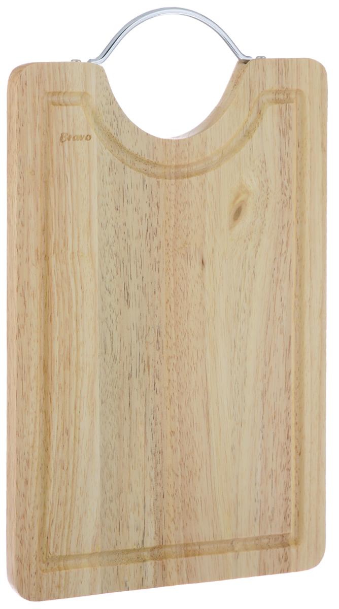 Доска разделочная Bravo, с ручкой, 36,5 см х 23 см402Доска разделочная Bravo изготовлена из гевеи. Гевея входит в семейство элитного красного дерева. Изделия из этого дерева отличаются твердостью, долговечностью и стойкостью к гниению. Доска оснащена металлической ручкой для удобной готовки. Функциональная и простая в использовании, разделочная доска Bravo прекрасно впишется в интерьер любой кухни и прослужит вам долгие годы. Не рекомендуется мыть в посудомоечной машине. Материал: гевея, металл. Общий размер доски (с учетом ручки): 36,5 см х 23 см х 1,5 см.