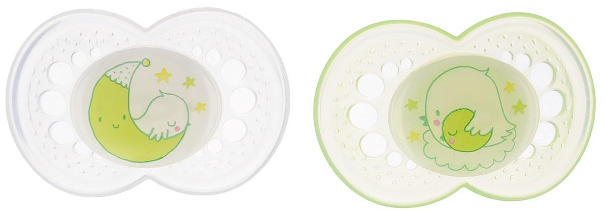 MAM Пустышка силиконовая Night от 6 месяцев цвет прозрачный светло-зеленый 2 шт15741740EXP/1Силиконовая пустышка MAM Night предназначена для малышей от 6 месяцев и старше. Размер соски разработан в соответствии с возрастом ребенка. Ортодонтическая форма соски способствует естественному развитию неба и челюсти. Анатомическая форма нагубника повторяет форму рта и обеспечивает удобство при движении нижней челюсти. Дополнительную безопасность обеспечивают вентиляционные отверстия. Все материалы абсолютно безопасны для здоровья ребенка. В наборе 2 пустышки в практичном пластиковом боксе для стерилизации и транспортировки. Силиконовая пустышка MAM Night - это модный аксессуар, сочетающий качество, функциональность и положительные эмоции. Не содержит бисфенол А. Светится в темноте.