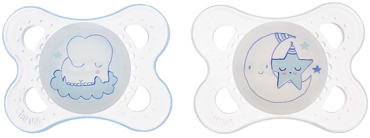 MAM Пустышка силиконовая Night от 0 месяцев цвет прозрачный светло-голубой 2 шт15739283EXP/3Силиконовая пустышка MAM Night предназначена для новорожденных малышей от 0 месяцев. Маленький размер соски разработан в соответствии с возрастом ребенка. Ортодонтическая форма соски способствует естественному развитию неба и челюсти. Анатомическая форма нагубника повторяет форму рта и обеспечивает удобство при движении нижней челюсти. Дополнительную безопасность обеспечивают большие вентиляционные отверстия. Все материалы абсолютно безопасны для здоровья ребенка. В наборе 2 пустышки в практичном пластиковом боксе для стерилизации и транспортировки. Силиконовая пустышка MAM Night - это модный аксессуар, сочетающий качество, функциональность и положительные эмоции. Не содержит бисфенол А. Светится в темноте.