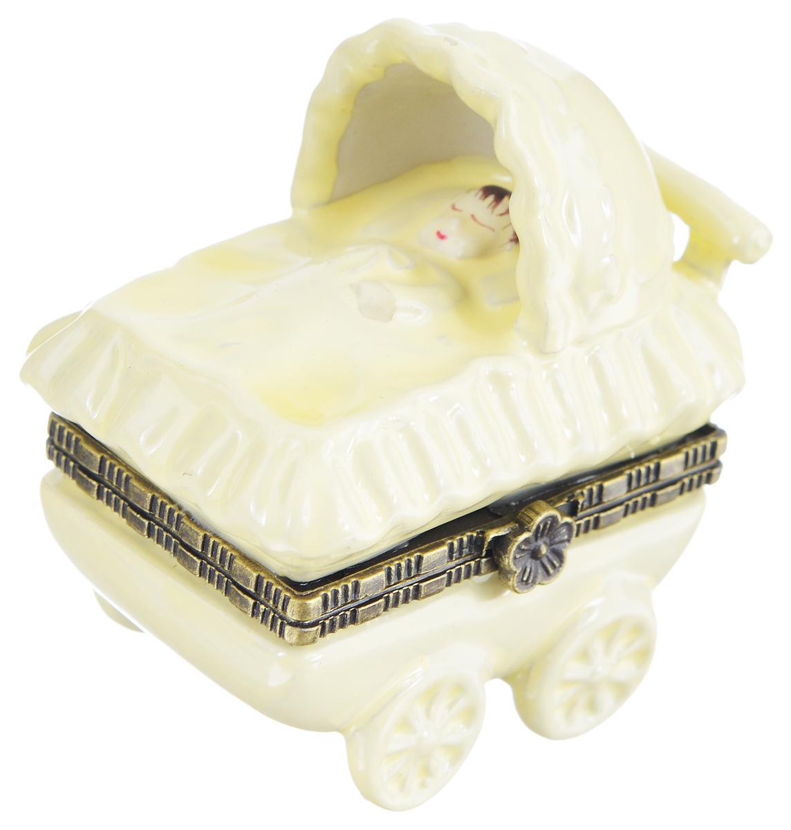 Шкатулка сувенирная Elan Gallery Коляска, 6 х 3,5 х 6 см350007Сувенирная шкатулка Elan Gallery Коляска не оставит равнодушной ни одну любительницу изысканных вещей. Изделие оформлено в виде коляски с младенцем. Такая оригинальная шкатулка может использоваться для хранения бижутерии, в качестве украшения интерьера, а также послужит хорошим подарком для родных и близких.