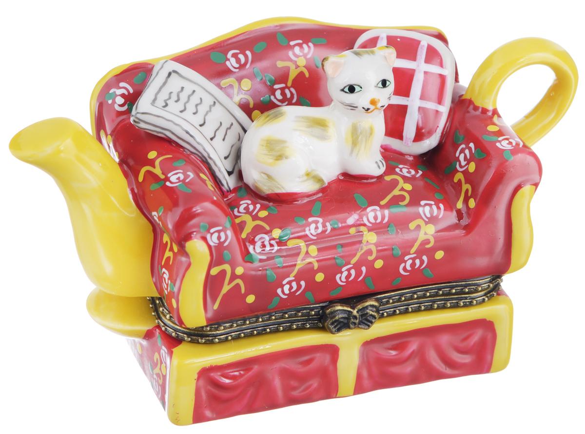 Шкатулка сувенирная Elan Gallery Кот на чайнике, 11 х 4,5 х 6,5 см350059Сувенирная шкатулка Elan Gallery Кот на чайнике выполнена из фарфора. Она не оставит равнодушной ни одну любительницу изысканных вещей. Изделие оформлено в виде чайника, на котором изображены диван и кот. Такая оригинальная шкатулка может использоваться для хранения бижутерии, в качестве украшения интерьера, а также послужит хорошим подарком для родных и близких.