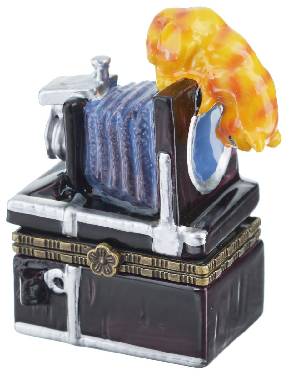 Шкатулка сувенирная Elan Gallery Кот-озорник, 5 х 3 х 7,5 см350048Сувенирная шкатулка Elan Gallery Кот-озорник не оставит равнодушной ни одну любительницу изысканных вещей. Такая оригинальная шкатулка может использоваться для хранения бижутерии, в качестве украшения интерьера, а также послужит хорошим подарком для родных и близких.