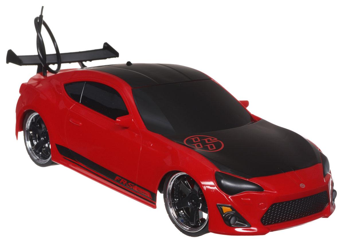 Jada Радиоуправляемая модель Scion FR-S84211-1Радиоуправляемая модель Jada Scion FR-S красно-черного цвета является точной уменьшенной копией настоящего автомобиля в масштабе 1:16. Все дети хотят иметь в наборе своих игрушек ослепительные, невероятные и модные автомобили на радиоуправлении. Тем более, если это автомобиль известной марки с проработкой всех деталей, удивляющий приятным качеством и видом. Машина при помощи пульта управления движется вперед, дает задний ход, поворачивает влево и вправо, останавливается. Машина обладает высокой стабильностью движения, что позволяет полностью контролировать его процесс, управляя уверенно. Такая модель автомобиля станет отличным подарком человеку, ценящему оригинальность и изысканность, а качество исполнения представит такой подарок в самом лучшем свете. Машина работает от встроенного аккумулятора, который заряжается при помощи USB-кабеля (входит в комплект). Пульт работает от 2 батареек типа АА (входят в комплект).