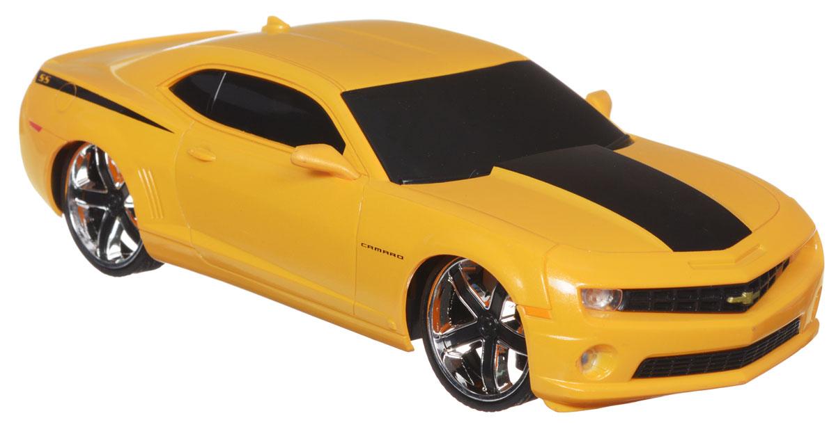 Jada Радиоуправляемая модель Chevy Camaro SS цвет желтый83022-1Радиоуправляемая модель Jada Chevy Camaro SS желтого цвета является точной уменьшенной копией настоящего автомобиля в масштабе 1:24. Все дети хотят иметь в наборе своих игрушек ослепительные, невероятные и модные автомобили на радиоуправлении. Тем более, если это автомобиль известной марки с проработкой всех деталей, удивляющий приятным качеством и видом. Машина при помощи пульта управления движется вперед, дает задний ход, поворачивает влево и вправо, останавливается. Машина обладает высокой стабильностью движения, что позволяет полностью контролировать его процесс, управляя уверенно и без суеты. Такая модель автомобиля станет отличным подарком человеку, ценящему оригинальность и изысканность, а качество исполнения представит такой подарок в самом лучшем свете. Машина работает от 3 батареек типа АА напряжением 1,5V, пульт работает от батарейки 9V типа Крона (не входят в комплект).