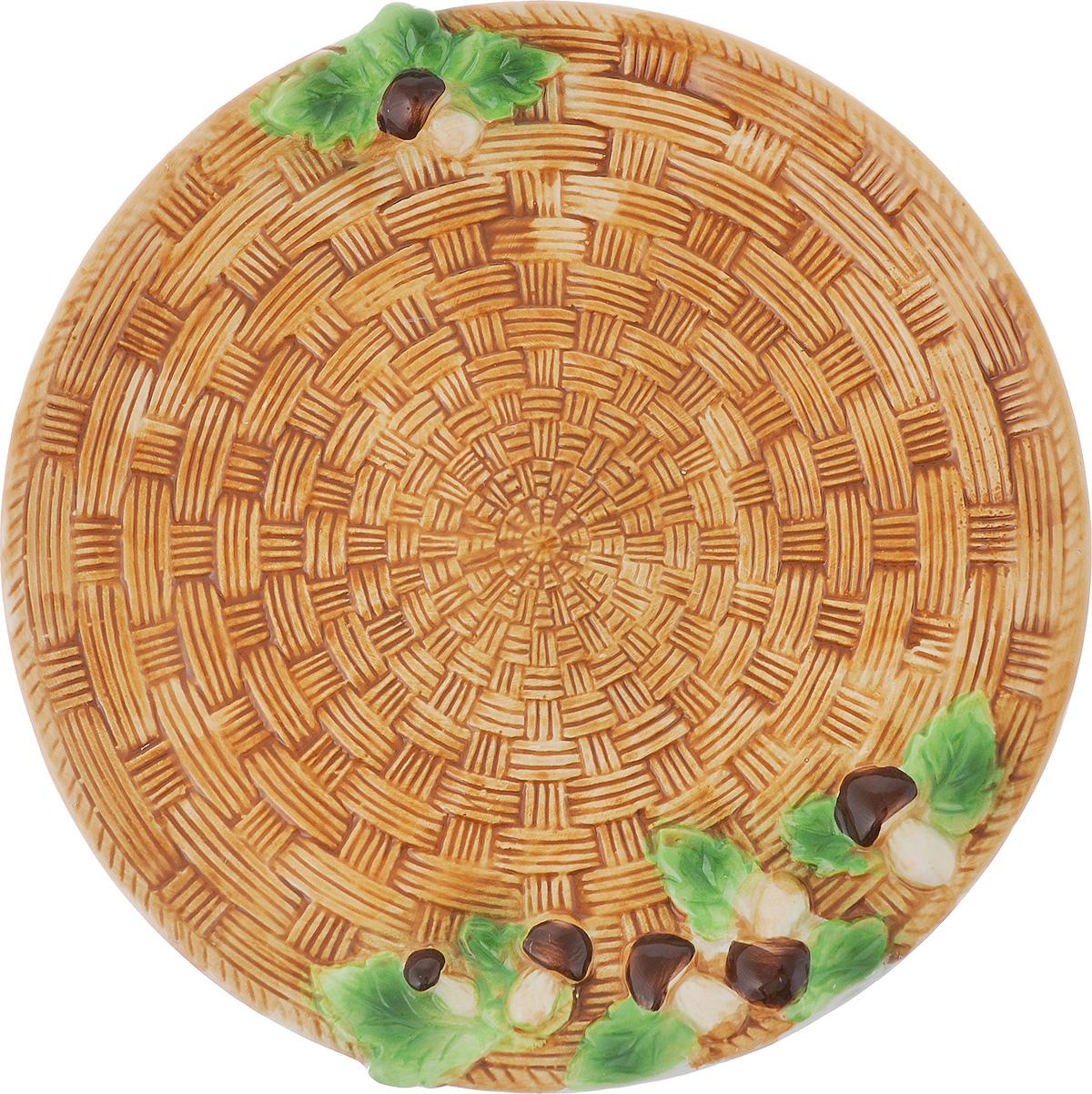 Блюдо сервировочное Elan Gallery Грибы, диаметр 28 см110707Круглое блюдо Elan Gallery Грибы изготовлено из высококачественной керамики в виде плетеной тарелки с изящными фигурками грибов, расположенными на краях изделия. Блюдо - необходимая вещь при застолье. Вы можете использовать его для закусок, сырной нарезки, колбасных изделий и, конечно, горячих блюд. Изумительное сервировочное блюдо станет изысканным украшением вашего праздничного стола. Диаметр блюда по верхнему краю: 28 см.