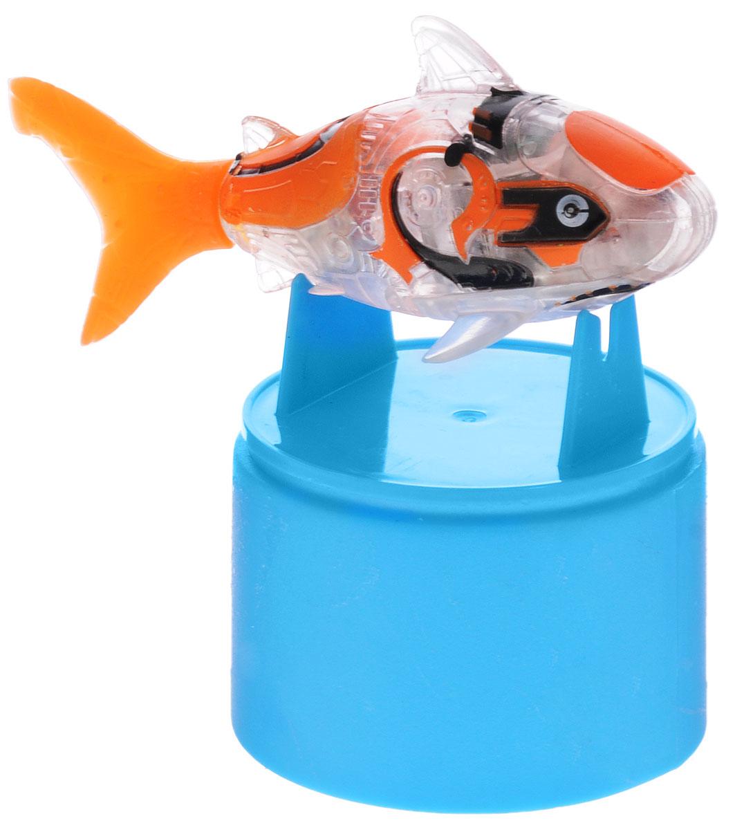 Robofish Игрушка для ванной Тропическая РобоРыбка Акула2549-2_оранжевыйИгрушка для ванны Robofish Тропическая РобоРыбка. Акула понравится вашему малышу и превратит купание в веселую игру. Она выполнена из безопасного пластика с элементами металла в виде маленькой красочной рыбки. При погружении в ванну, аквариум или другую емкость с водой РобоРыбка начинает плавать, опускаясь ко дну и поднимаясь к поверхности воды. Игрушка прекрасно имитирует повадки настоящей акулы. Траектория ее движения зависит от наклона хвоста. Внутри рыбки находится специальный груз, регулирующий глубину ее погружения. Если рыбка плавает на дне, не всплывая, - уберите груз; если на поверхности - добавьте его. Набор включает подставку, на которой можно разместить рыбку, пока вы с ней не играете. Порадуйте вашего ребенка таким замечательным подарком! Игрушка работает от 2 батареек напряжением 1,5V типа LR44 (2 установлены в игрушку и 2 запасные).