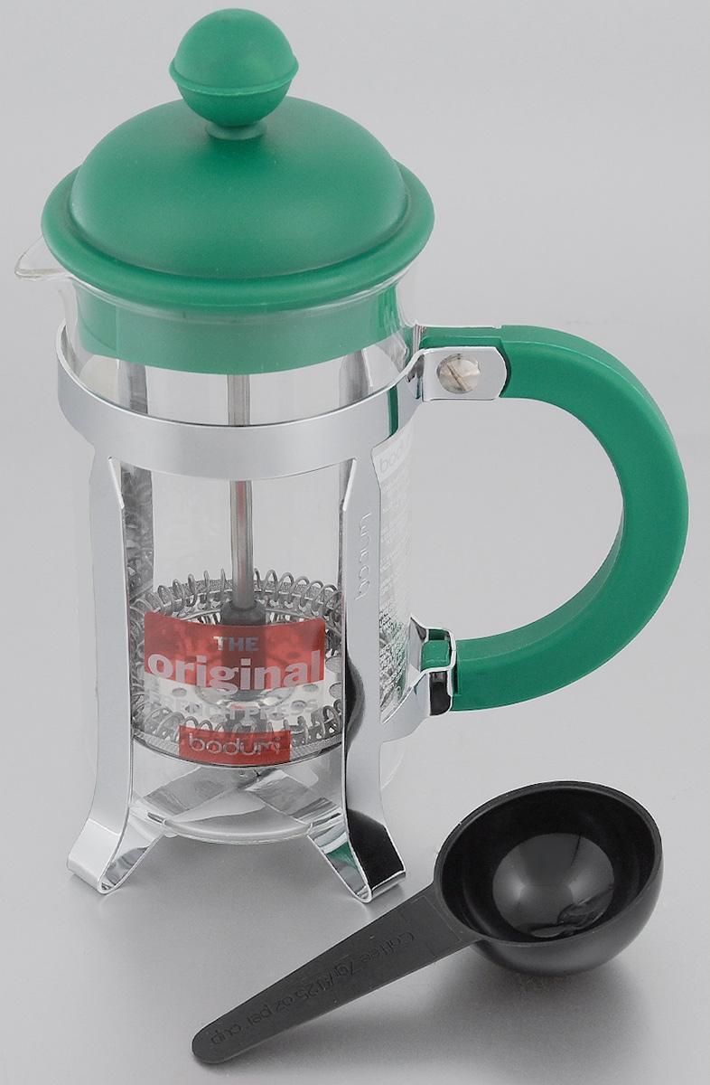 Френч-пресс Bodum Caffettiera, с мерной ложкой, цвет: зеленый, прозрачный, 350 млA1913-825-Y15Френч-пресс Bodum Caffettiera позволит быстро и просто приготовить свежий и ароматный чай или кофе. Корпус изготовлен из высококачественного жаропрочного стекла, устойчивого к окрашиванию, царапинам и термошоку. Фильтр-поршень из нержавеющей стали выполнен по технологии press-up для обеспечения равномерной циркуляции воды. Готовить напитки с помощью френч-пресса очень просто. С помощью мерной ложечки насыпьте внутрь заварку и залейте кипятком. Остановить процесс заваривания легко. Для этого нужно просто опустить поршень, и заварка уйдет вниз, оставляя вверху напиток, готовый к употреблению. Заварочный чайник с прессом - это совершенный чайник для ежедневного использования. Практичный и стильный дизайн полностью соответствует последним модным тенденциям в создании предметов кухонной утвари. Можно мыть в посудомоечной машине. Диаметр френч-пресса (по верхнему краю): 7 см. Высота френч-пресса (с учетом крышки): 19 см. Длина...