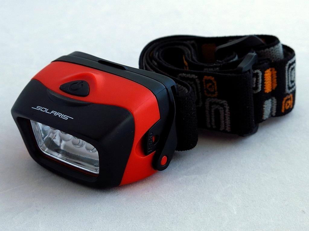 Фонарь светодиодный Solaris L20, налобный, цвет: красныйS2203Простой и эффективный высококачественный налобный светодиодный фонарь Solaris L20, с повышенным временем автономной работы. Корпус фонаря выполнен из противоударного ABS пластика. Водозащищенный — стандарт IPX5. Особенности: - фонарь снабжен 5 современным светодиодами и коническим пирамидальным отражателем, благодаря чему достигается широкий угол рассеивания света и достаточная яркость. Очень удобен для работы на ближней дистанции. - благодаря экономичным светодиодам и мощному электропитанию (3 батарейки ААА), фонарь имеет повышенное время автономной работы без замены батареек - до 20 часов в максимальном режиме. Головная часть фонаря снабжена трещоточным механизмом и цапфами для регулировки по вертикальной оси - этим достигается изменение направления светового луча по высоте. Быстросъемная задняя крышка на клипсах, с резиновым уплотнением, для быстрой замены батареек. Встроенный стабилизатор напряжения. Комплектация: ...