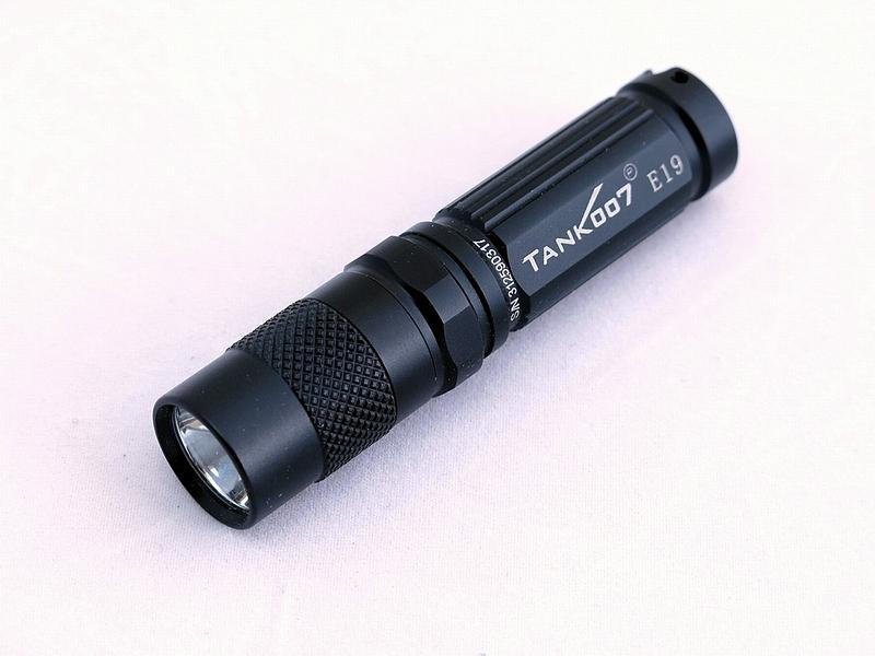 Светодиодный фонарь TANK007 E19 с комплектациейE19Карманный светодиодный фонарь-брелок TANK007 - компактный и мощный. Модель выполнена из авиационного алюминия с III степенью защитного анодирования корпуса. Водонепроницаемый корпус — стандарт IPX8. Фонарь снабжен современным светодиодом CREE XP-G R5 (США). Встроенный стабилизатор напряжения. Мощность светового потока до 180 люмен. Дальность эффективного излучения света до 100 метров.