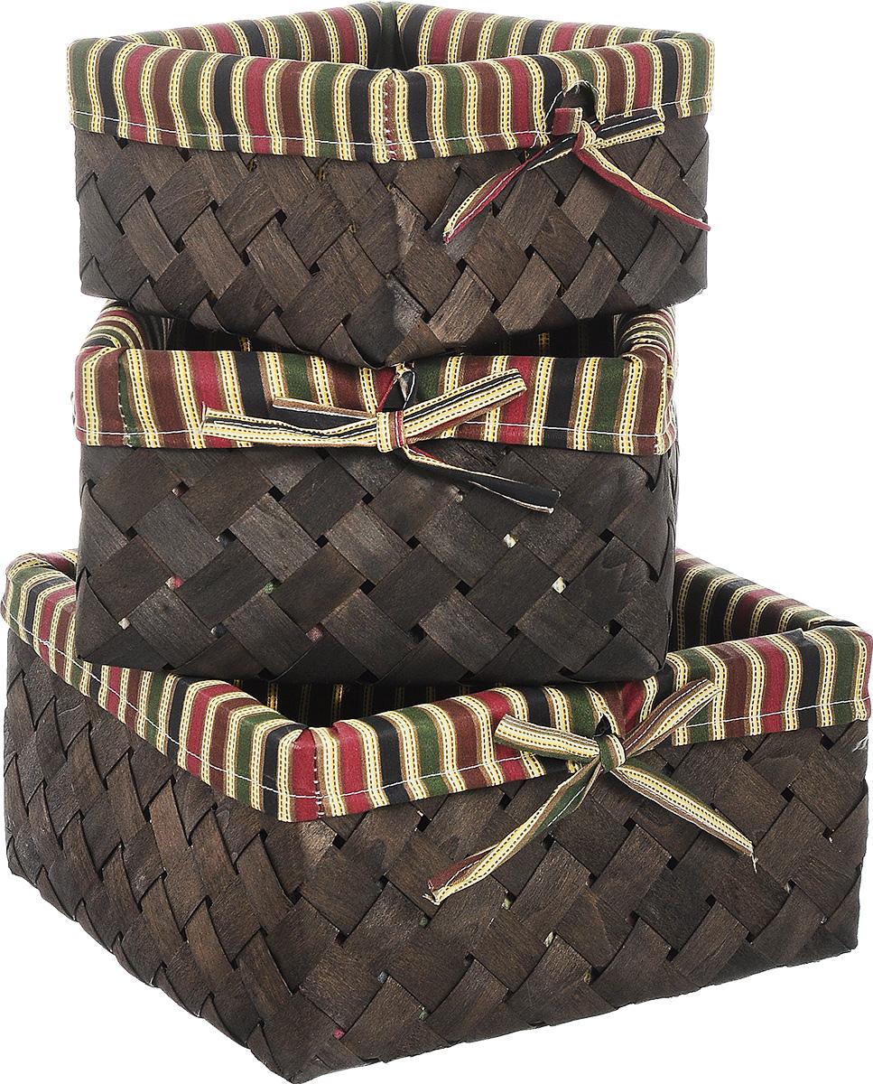 Набор плетеных корзинок Miolla, 3 шт. QL400439QL400439Набор Miolla состоит из трех квадратных плетеных корзинок разного размера. Изделия выполнены из плетеной древесины и обтянуты тканью с оригинальным принтом в полоску. Такие корзинки прекрасно подойдут для хранения хлеба и других хлебобулочных изделий, печенья, а также бытовых принадлежностей и различных мелочей. Стильный дизайн корзинок сделает их украшением интерьера помещения. Подойдут для кухни, спальни, прихожей, ванной. Размер малой корзины: 21 х 21 х 11,5 см. Размер средней корзины: 25 х 25 х 14 см. Размер большой корзины: 30 х 30 х 16 см.