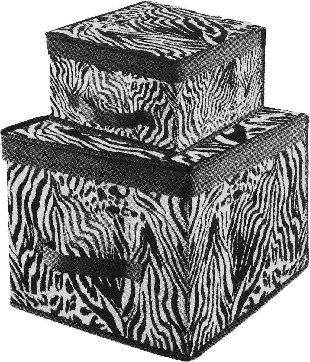 Набор кофров для хранения Valiant Зебра, 2 штZB301/ZB302Набор Valiant Зебра состоит из 2 кофров для хранения разного размера, изготовленных из высококачественного нетканого материала с модным анималистичным принтом. Материал изделий позволяет сохранять естественную вентиляцию, а воздуху свободно проникать внутрь, не пропуская пыль. Благодаря специальным картонным вставкам, кофры прекрасно держат форму. Мобильность конструкции обеспечивает складывание и раскладывание одним движением. Кофры идеально подходят для хранения одежды, белья и мелких вещей. Изделия имеют удобные ручки, прозрачные пластиковые кармашки для стикеров с пометками и закрываются крышкой. Комплектация: 2 шт. Размер кофров: 30 х 40 х 25 см; 28 х 30 х 16 см.
