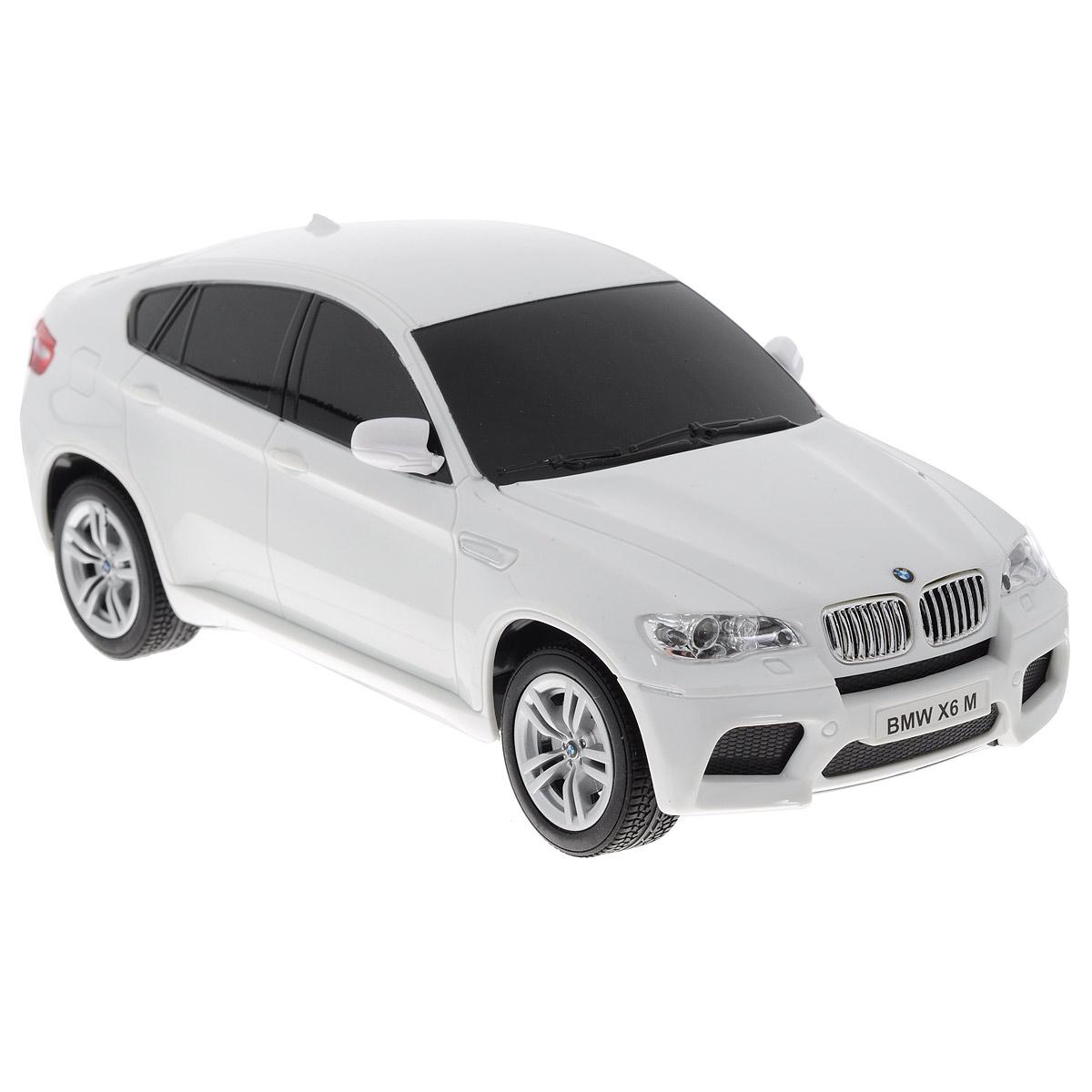 TopGear Радиоуправляемая модель BMW X6 цвет белый масштаб 1:24Т56674_белыйВсе мальчишки любят мощные крутые тачки! Особенно если это дорогие машины известной марки, которые, проезжая по улице, обращают на себя восторженные взгляды пешеходов. Радиоуправляемая модель TopGear BMW X5 - это детальная копия существующего автомобиля в масштабе 1:24. Машинка изготовлена из прочного легкого пластика; колеса прорезинены. При движении передние и задние фары машины светятся. При помощи пульта управления автомобиль может перемещаться вперед, дает задний ход, поворачивает влево и вправо, останавливается. Встроенные амортизаторы обеспечивают комфортное движение. В комплект входят машинка, пульт управления, зарядное устройство (время зарядки составляет 4-5 часов), аккумулятор и 2 батарейки. Автомобиль отличается потрясающей маневренностью и динамикой. Ваш ребенок часами будет играть с моделью, устраивая захватывающие гонки. Машина работает от аккумулятора 500 mAh напряжением 3,6V (входит в комплект). Пульт управления работает от 2...