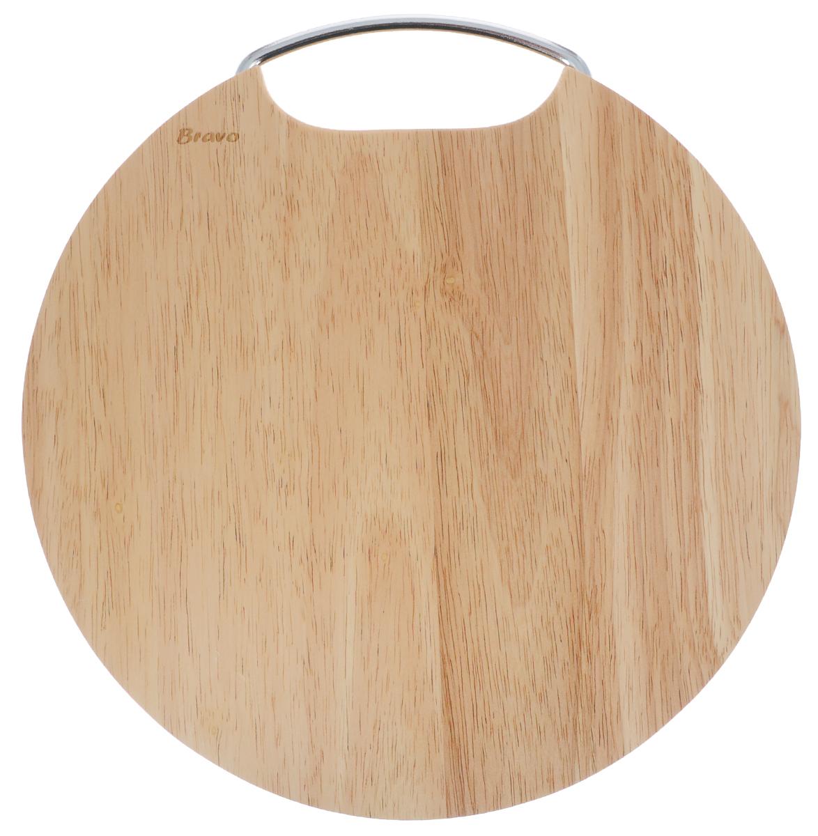 Доска разделочная Bravo, с ручкой, диаметр 28 см406Доска разделочная Bravo изготовлена из гевеи. Гевея входит в семейство элитного красного дерева. Изделия из этого дерева отличаются твердостью, долговечностью и стойкостью к гниению. Доска оснащена металлической ручкой. Функциональная и простая в использовании, разделочная доска Bravo прекрасно впишется в интерьер любой кухни и прослужит вам долгие годы. Не рекомендуется мыть в посудомоечной машине. Диаметр доски: 28 см. Толщина доски: 2 см.