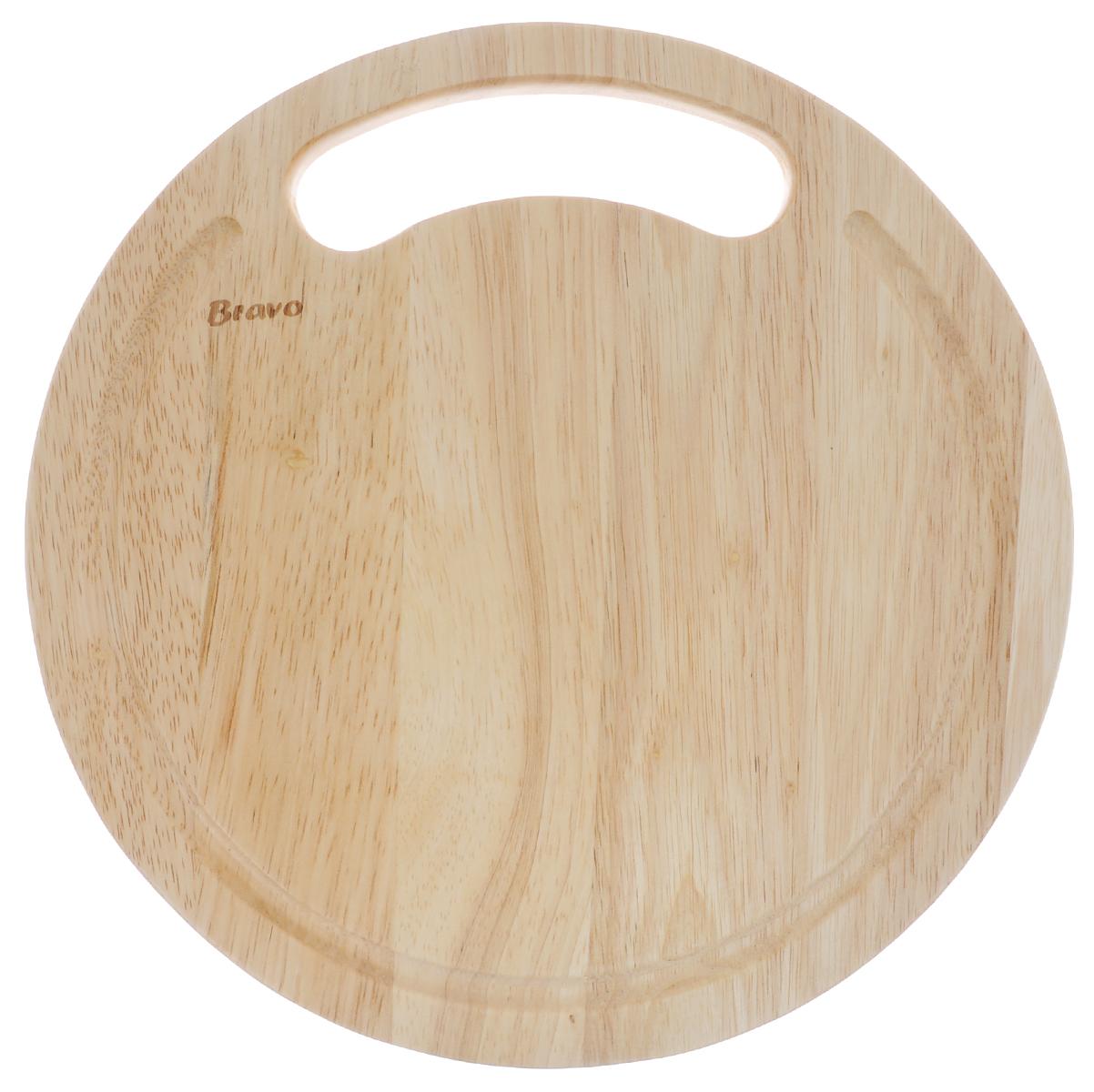 Доска разделочная Bravo, диаметр 25 см. 410410Доска разделочная Bravo изготовлена из гевеи. Гевея входит в семейство элитного красного дерева. Изделия из этого дерева отличаются твердостью, долговечностью и стойкостью к гниению. Доска оснащена удобной ручкой. Функциональная и простая в использовании, разделочная доска Bravo прекрасно впишется в интерьер любой кухни и прослужит вам долгие годы. Не рекомендуется мыть в посудомоечной машине. Диаметр доски: 25 см. Толщина доски: 1,4 см.