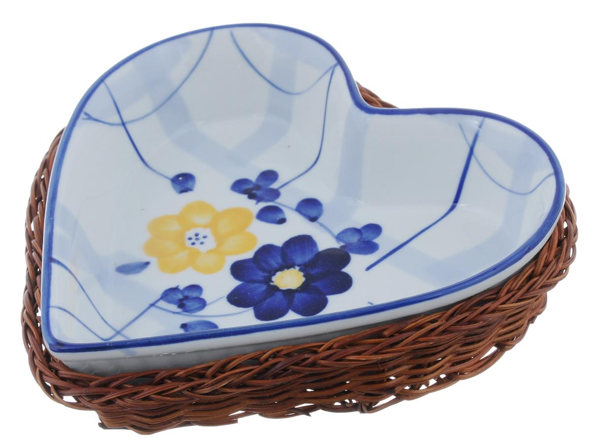 Блюдо Bekker Dish с корзиной, цвет: белый, синий, 17 х 16 смBK-7327 (24)Блюдо Bekker Dish изготовлено из высококачественного фарфора в форме сердца и декорировано изображением цветов. В комплект входит плетеная корзина-подставка, изготовленная из ротанга. Изделия из фарфора идеально подходят как для приготовления пищи, так и для подачи на стол. С такой формой вы всегда сможете порадовать своих близких оригинальным блюдом. Блюдо можно использовать в духовке и микроволновой печи. Можно мыть в посудомоечной машине. Размер блюда (по верхнему краю): 17 см х 16 см. Высота стенок: 3,5 см. Размер подставки: 19 см х 17 см х 3,5 см.