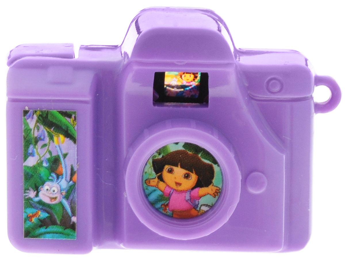 Веселая затея Фотоаппарат Даша-путешественница цвет сиреневый1507-1002_сиреневыйМиниатюрный фотоаппарат Даша-путешественница сиреневого цвета обязательно понравится вашему ребенку! При нажатии на специальную кнопку, меняются слайды о Дашиных приключениях. Картинки непременно заинтересуют юных путешественников. Сбоку имеется отверстие, через которое можно протянуть ленточку и повесить фотоаппарат на браслет или рюкзачок.