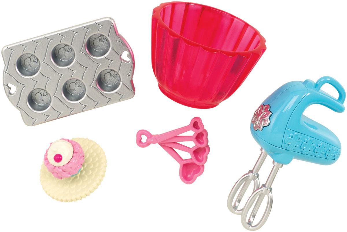 Barbie Мини-набор для декора КондитерCFB50_CFB52Кукла Барби известна своим особым стилем. А теперь и каждая девочка может создать свой особый стиль. Богатый выбор аксессуаров, продающихся по отдельности, сделает дом Барби идеальной декорацией для задуманной истории. Этот набор позволит создать обстановку в кондитерской. В комплекте имеется миксер, форма для выпечки кексов, пирожное на салфетке, фигурная миска, формочки-сердечки. Замечательные аксессуары в стиле Барби подойдут к домам с самым разным дизайном (дома продаются отдельно).