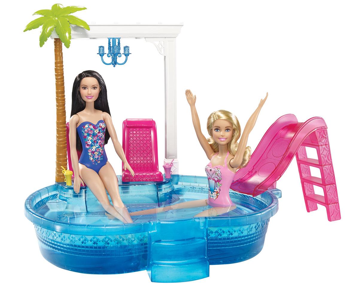 Barbie Игровой набор Гламурный бассейнDGW22В этом бассейне кукла Барби с друзьями проведет много веселых летних часов! Бассейн изготовлен из прочной полупрозрачной пластмассы, в него легко наливать воду - куклы смогут искупаться в любой момент! К бортику крепятся два шезлонга, пальма и ажурная решетка с канделябром. Куклу (продается отдельно) можно окунуть без суеты, а можно дать ей возможность с плеском съехать по розовой водной горке. Игру дополнят два стаканчика с напитками и два держателя для них у шезлонгов. Замечательные аксессуары в стиле Барби разнообразят игры вашей малышки с куклой.