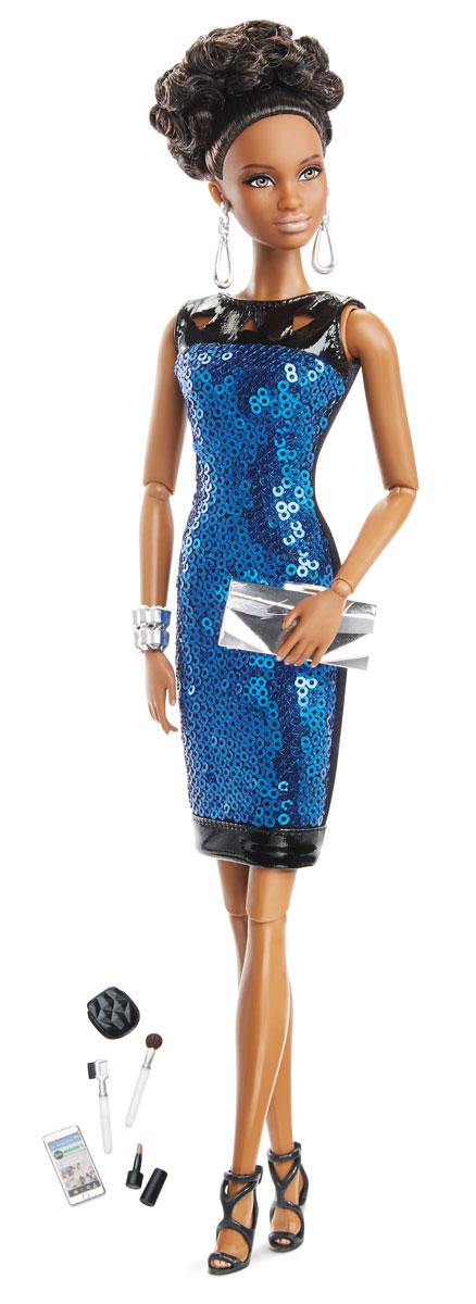 Barbie Кукла Городской блеск цвет одежды синий черныйDGY11_DGY09Шикарная кукла Barbie Городской блеск - королева стиля. В любой ситуации она выглядит сногсшибательно и ярко. Кукла одета в платье, украшенное синими пайетками, на ногах - изысканные черные босоножки. Стильный образ дополняют серебряный браслет, серьги и маленькая сумочка-клатч. Длинные пышные, будто настоящие, ресницы куклы подчеркивают выразительность и красоту глаз. Темные волосы куклы убраны в красивую вечернюю прическу. Также в комплекте - необходимые для современной девушки аксессуары: смартфон, зеркальце и косметика. В запястьях, локтях и коленях игрушки находятся шарнирные механизмы, благодаря чему у куклы двигаются и сгибаются руки и ноги, она может принимать различные позы. Кукла Barbie Городской блеск создана для настоящих коллекционеров, истинных ценителей уникальных кукол.