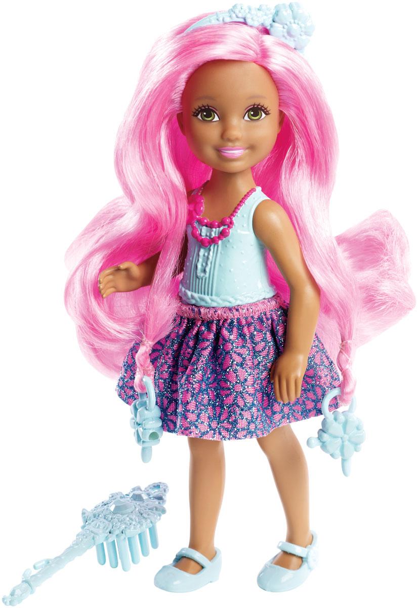 Barbie Мини-кукла Челси с длинными волосамиDKB54_DKB55Любимое развлечение Челси и ее подружек - наряжаться! С этой мини-куклой можно разыграть множество сюжетов. Куколка с длинными волосами розового цвета одета в голубой топ и текстильную снимающуюся юбочку, на ножках - туфельки. Голова, ручки и ножки куклы подвижны. Игру дополнит аксессуар в виде расчески. Если собрать всех кукол, можно менять их наряды и придумывать еще больше игр!
