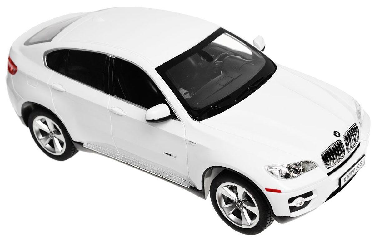 Rastar Радиоуправляемая модель BMW X6 цвет белый масштаб 1:1431400Радиоуправляемая модель Rastar BMW X6 обязательно привлечет внимание взрослого и ребенка и понравится любому, кто увлекается автомобилями. Все дети хотят иметь в наборе своих игрушек ослепительные, невероятные и модные автомобили на радиоуправлении. Тем более, если это автомобиль известной марки с проработкой всех деталей, удивляющий приятным качеством и видом. Одной из таких моделей является автомобиль на радиоуправлении Rastar BMW X6. Это точная копия настоящего авто в масштабе 1:14. Авто обладает неповторимым провокационным стилем и спортивным характером. Потрясающая маневренность, динамика и покладистость - отличительные качества этой модели. Возможные движения: вперед, назад, вправо, влево, остановка. При движении загораются фары и стоп-сигналы. Машина работает от 5 батареек типа АА напряжением 1,5V, пульт работает от батарейки 9V типа Крона (не входят в комплект).