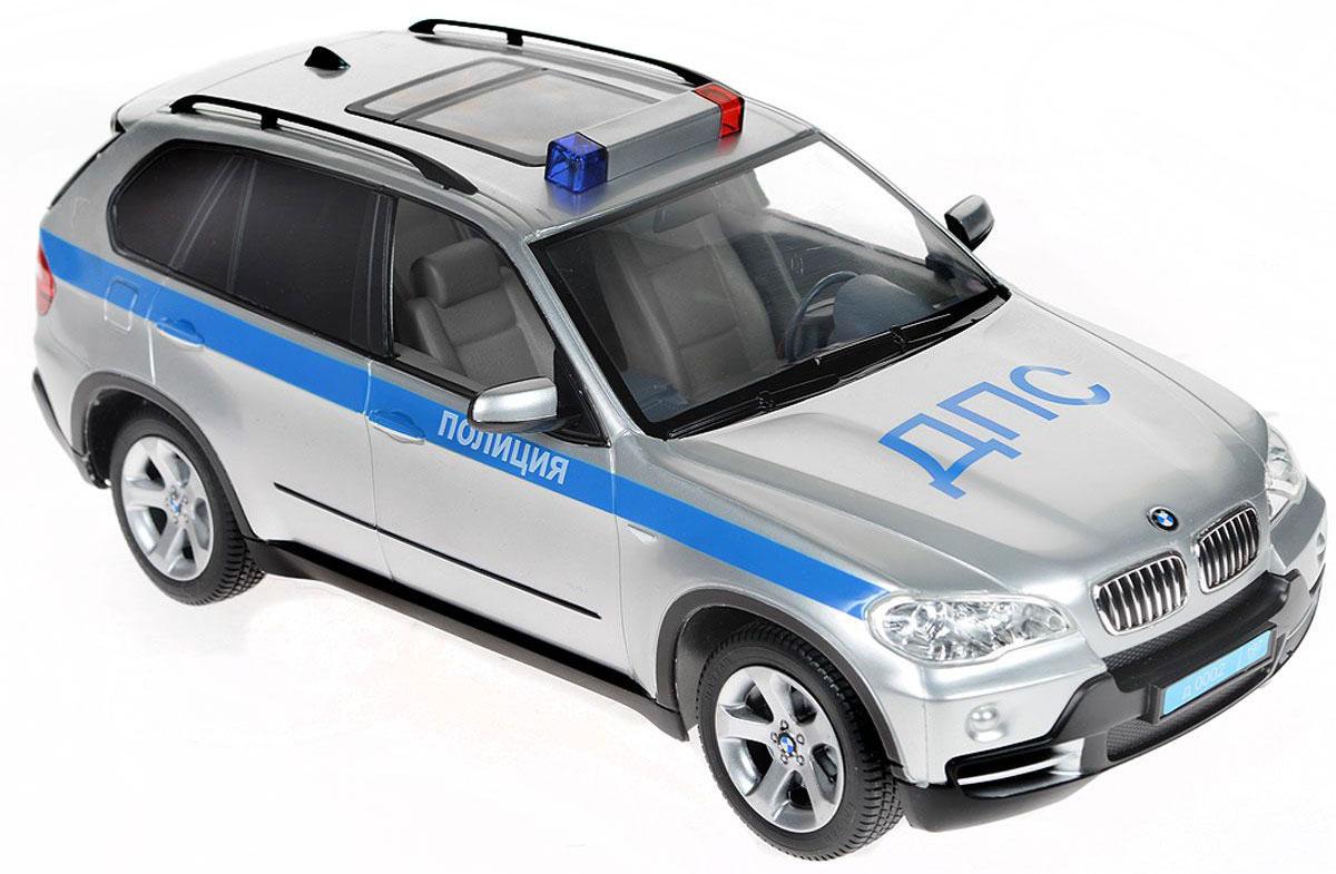 Rastar Радиоуправляемая модель BMW X5 Полиция ДПС23200-4Радиоуправляемая модель Rastar BMW X5 Полиция ДПС привлечет внимание взрослого и ребенка и понравится любому, кто увлекается автомобилями. Маневренная и реалистичная уменьшенная копия выполнена в точной детализации с настоящим автомобилем BMW X5. Полиция ДПС в масштабе 1:14. Управление машинкой происходит с помощью пульта. Машина двигается вперед и назад, поворачивает направо, налево и останавливается. Имеются световые эффекты (загораются фары и стоп-сигналы). Колеса игрушки обеспечивают плавный ход, машинка не портит напольное покрытие. Радиоуправляемые игрушки способствуют развитию координации движений, моторики и ловкости. Ваш ребенок часами будет играть с моделью, придумывая различные истории и устраивая соревнования. Порадуйте его таким замечательным подарком! Машина работает от 5 батареек напряжением 1,5V типа АА (не входят в комплект). Пульт работает от батарейки 9V типа Крона (не входит в комплект).