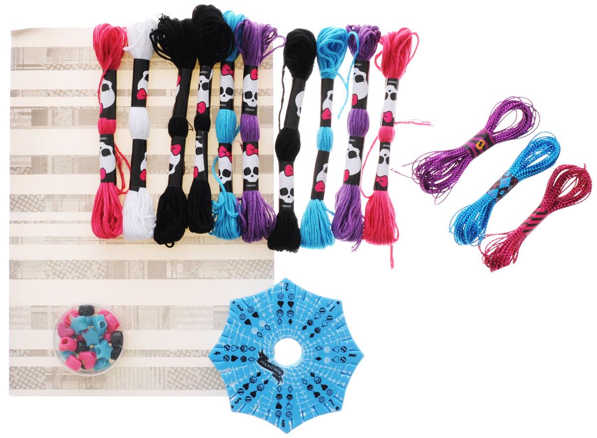 Monster High Набор для плетения браслетов Freaky64054Набор для плетения браслетов Monster High с компактным станком - это уникальный набор для детского творчества, с помощью которого ребенок сможет самостоятельно создать множество различных украшений в стиле Школы монтров: браслетов, колечек, подвесок и многое другое. В наборе девочка найдет все необходимое для того, чтобы создать свое уникальное украшение: станок, нитки разных цветов, нитки с блестками и крупные бусины розового и бирюзового цветов. Девочка сама может создать свое неповторимое украшение, которое дополнит ее образ, сделает ее стильной и современной. Набор очень компактен; его удобно брать с собой в дорогу, он не занимает много места. Наборы для творчества Monster High призваны развивать фантазию и воображение ребенка, они тренируют мелкую моторику, учат быть внимательными и терпеливыми, дают понимание моды и стиля. Все детали набора изготовлены из высококачественных материалов и совершенно безопасны для детей.