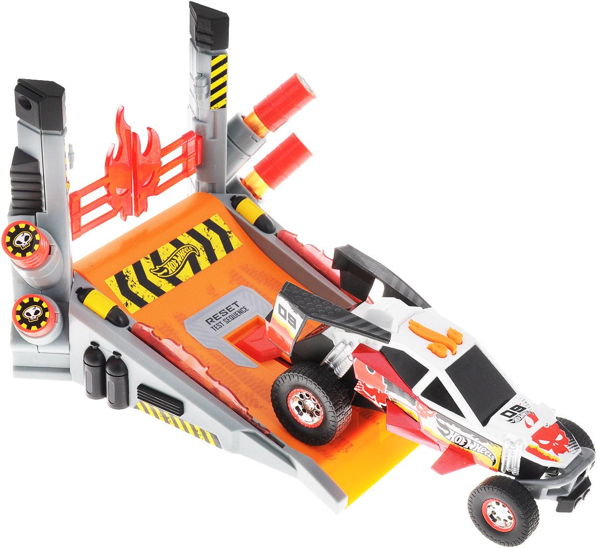 Hot Wheels Игровой набор Безумный трюк90520TSИгровой набор Hot Wheels Безумный трюк со звуковыми и световыми эффектами, несомненно, понравится вашему ребенку и не позволит ему скучать. Игрушка выполнена в виде стильной гоночной машины. При нажатии на кнопки, расположенные на крыше, воспроизводятся звуки работающего двигателя, играет музыка, а фары машинки начинают светиться. Нажмите на центральную кнопку и фары машинки загорятся, она поедет вперед. В набор входит пусковая станция для машинки, которая позволит ей демонстрировать безумные трюки - проезжать скозь огонь, лед или стену. Ваш ребенок часами будет играть с машинкой, придумывая различные истории и устраивая соревнования. Порадуйте его таким замечательным подарком! Рекомендуется докупить 3 батарейки напряжением 1,5V типа AАА (товар комплектуется демонстрационными).