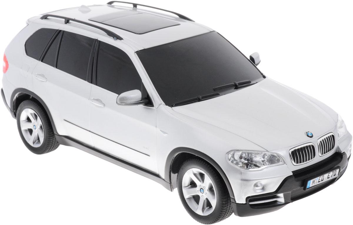 Rastar Радиоуправляемая модель BMW X5 цвет серебристый масштаб 1:1823100rРадиоуправляемая модель Rastar BMW X5 станет отличным подарком любому мальчику! Все дети хотят иметь в наборе своих игрушек ослепительные, невероятные и крутые автомобили на радиоуправлении. Тем более, если это автомобиль известной марки с проработкой всех деталей, удивляющий приятным качеством и видом. Одной из таких моделей является автомобиль на радиоуправлении Rastar BMW X5. Это точная копия настоящего авто в масштабе 1:18. Авто обладает неповторимым провокационным стилем и спортивным характером. Модель отличается потрясающей маневренностью, динамикой и покладистостью. Возможные движения: вперед, назад, вправо, влево, остановка. Имеются световые эффекты. Пульт управления работает на частоте 40 MHz. Для работы игрушки необходимы 4 батарейки типа АА (не входят в комплект). Для работы пульта управления необходима 1 батарейка 9V (6F22) (не входит в комплект).