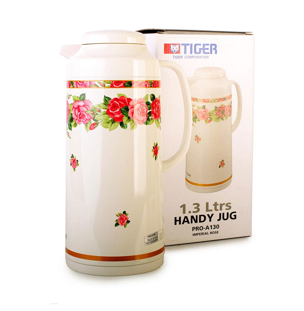 Термос Tiger Императорская роза, с колбой, 1,3 лTIM-130Термос Tiger изготовлен из металла с покрытием молочного цвета, оформленным цветочным узором. Внутренняя колба выполнена из стекла. При изготовлении колбы применяется тщательная полировка внутренней поверхности, благодаря которой вероятность образования отложений и неприятного запаха внутри сосуда минимальна. Благодаря применению медной фольги между стенками колбы, тепловая энергия отражается внутрь колбы, что обеспечивает минимальное понижение температуры (за 24 часа - максимум на 15°C). Инновационные разборные пробки с одной стороны создают тщательное уплотнение между крышкой и корпусом термоса (он не протечет, даже если вы опустите термос в воду), с другой - термос очень легко разбирается и моется. Термос оснащен ручкой, удобным носиком и плотно закручивающейся крышкой. Японские термосы по-своему уникальны. Философия Tiger - это не просто массовое производство удобных вещей, это необходимость сделать все возможное для придания им ...
