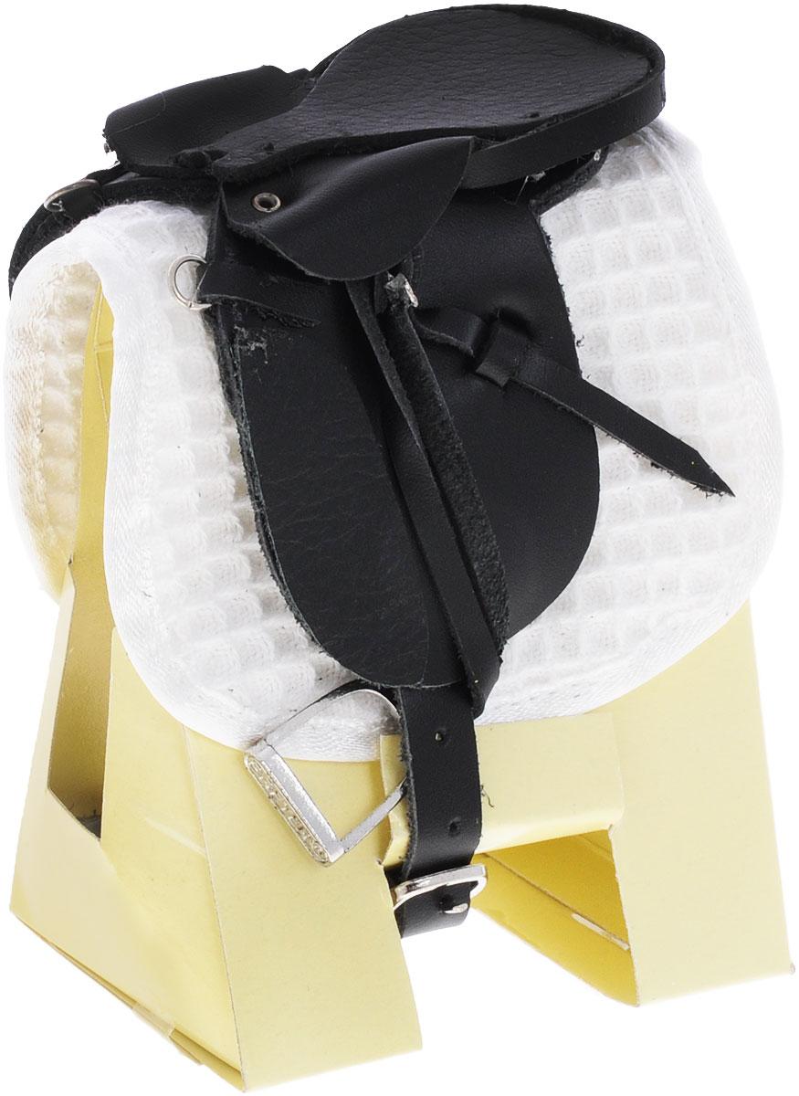 Breyer Седло и вальтрап для выездки2465Набор состоит из черного седла из натуральной кожи и вальтрапа. Седло для выездки отличается от других седел длинными крыльями и более глубоким сиденьем. Такая конструкция седла обеспечивает всаднику не только удобную посадку, но и позволяет максимально контролировать лошадь. Также это седло очень хорошо соответствует спине лошади, оказывая на нее минимальное давление. Использование таких седел наиболее актуально для выездок, конкура и троеборий, когда контроль человека над лошадью особенно важен. Все составляющие набора выполненным мастерами компании Breyer со вниманием к мелким деталям и тонкостям, которые учитываются при изготовлении реальных седел. Данное седло изготовлено специально для коллекционных лошадей из серии Traditional. Лошадь продается отдельно.