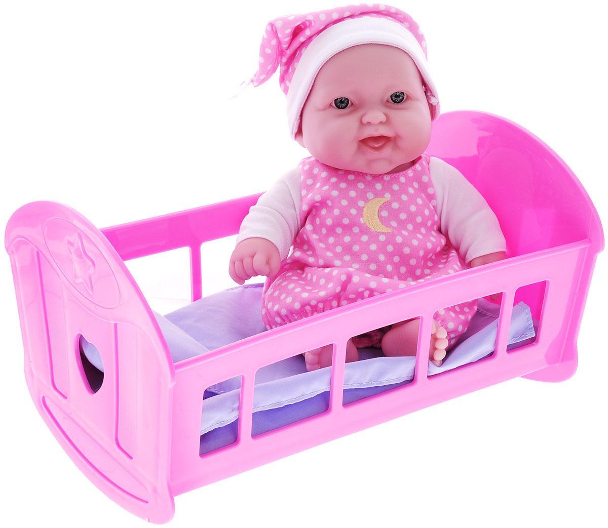 JC Toys Игровой набор Пупс в кроватке16570Веселый, улыбающийся пупс в кроватке от компании JC Toys порадует вашу малышку и доставит ей много удовольствия от часов, посвященных игре с ним. Пупс выглядит как настоящий ребенок. Он одет в розовое платье в белый горошек, и с вышитой луной. На голове у пупса - ночной колпачок. Голова, ручки и ножки пупса подвижны. Пупс сидит в розовой кроватке с матрасиком, одеялом и подушечкой. У пластиковой кроватки закругленное основание, поэтому ее можно использовать как качалку. Игра с пупсом разовьет в вашей малышке чувство ответственности и заботы. Порадуйте свою принцессу таким великолепным подарком!