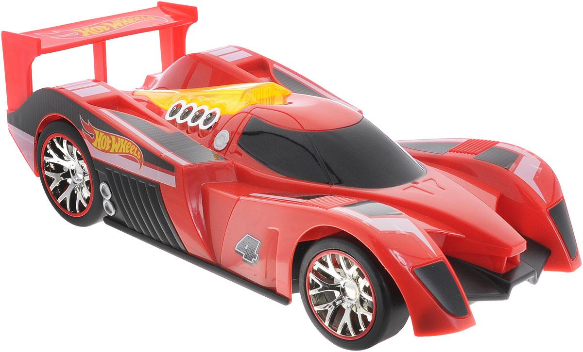 Hot Wheels Машина на радиоуправлении Nitro Charger90410TSРадиоуправляемая модель Hot Wheels Nitro Charger привлечет внимание не только ребенка, но и взрослого и станет отличным подарком любителю всего оригинального и необычного. Машинка является уменьшенной копией спортивного автомобиля с мощнейшими амортизаторами Nitrocharger Sport. Модель изготовлена из ударопрочной пластмассы высокого качества, шины выполнены из мягкой резины. При помощи пульта управления она перемещается вперед, дает задний ход, поворачивает влево и вправо. Мотор машины может работать в режиме турбо, благодаря чему она разгоняется до большой скорости. Дополнительную эффектность авто придает подсветка двигателя. Машина обладает высокой стабильностью движения, что позволяет полностью контролировать его процесс, управляя уверенно и без суеты. Подсвеченный двигатель, настоящая резина на колесах и высокая детализация - все это позволит почувствовать настоящее удовольствие от управления машиной. Ваш ребенок часами будет играть с моделью, придумывая...