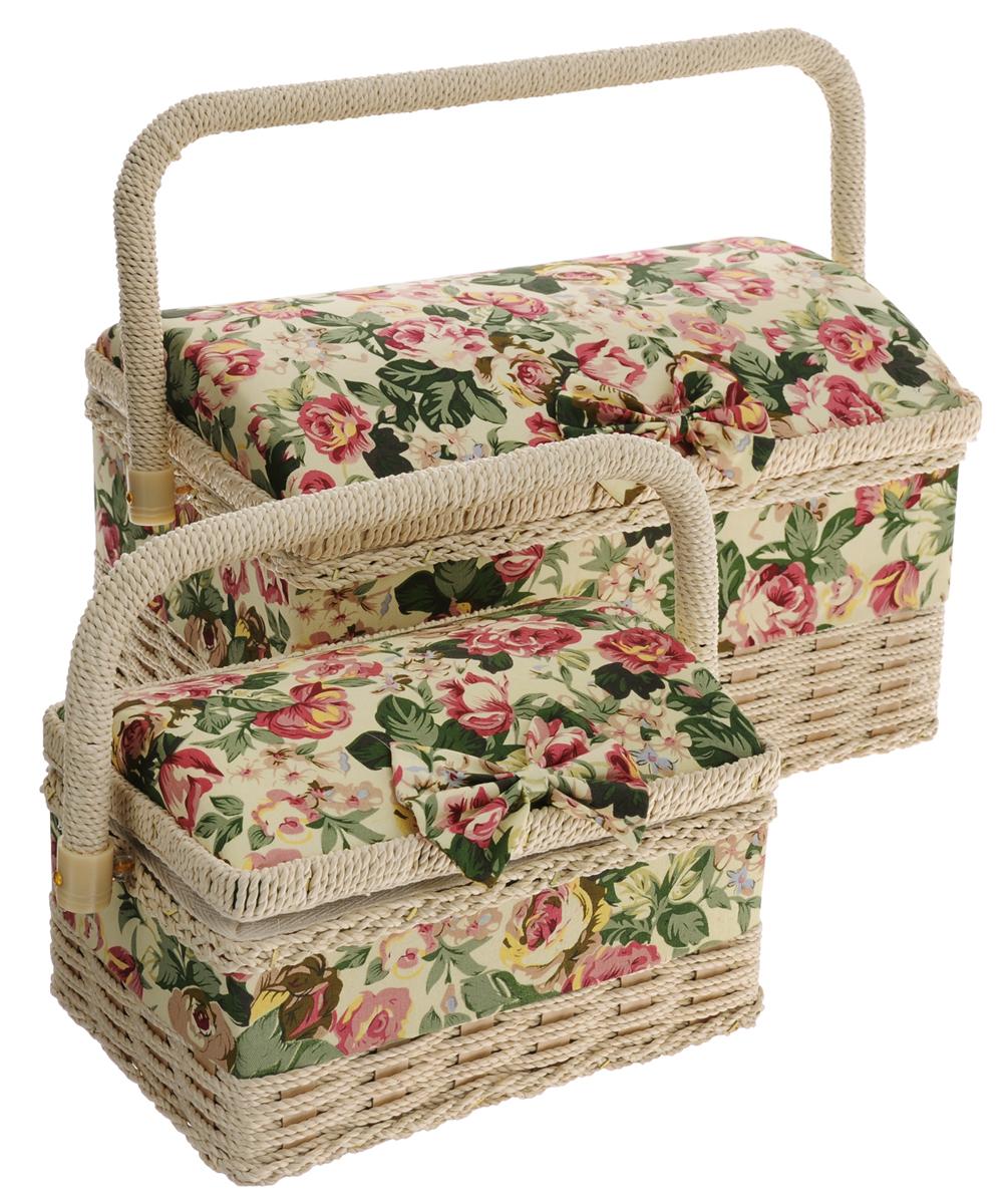 Набор шкатулок для рукоделия Розы, 2 шт80833Набор Розы состоит из 2 шкатулок, выполненных из дерева и обтянутых тканью с цветочным рисунком и мягким наполнителем на крышке. Крышка украшена декоративным текстильным бантиком, для переноски имеется удобная ручка. Внутри шкатулок одно вместительное отделение. Такие оригинальные шкатулки подойдут для хранения разных предметов рукоделия: ниток, иголок, бусин, кнопок и много другого. Набор Розы станет приятным подарком для рукодельницы. Размер большой шкатулки (без учета ручки): 27 х 19 х 17,5 см. Размер маленькой шкатулки (без учета ручки): 19 х 13 х 11,5 см.