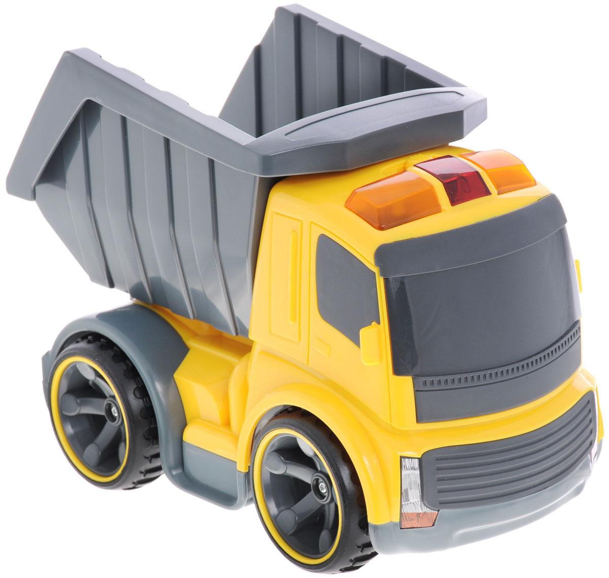 Silverlit Самосвал на инфракрасном управлении81112CСамосвал на инфракрасном управлении Silverlit - это строительный грузовик-самосвал инновационной серии Power in Fun. Полнофункциональное управление - вперед-назад, влево-вправо, пропорциональное точное управление скоростью, реалистичные звуковые эффекты, световые эффекты - горят сигнальные фонари на кабине грузовика. Оригинальный пульт управления - в виде рации. И еще одна особенность - с одного пульта можно управлять различными строительными машинами серии Power in Fun: кроме грузовика, еще бульдозером или тягачом. У самосвала поднимается и опускается кузов (вручную). На пульте управления: кнопки управления звуковыми эффектами - мотор и сигнал, световыми эффектами - сигнальные огни на кабине, рычажки управления движением транспортного средства, переключатель выбора управляемого транспортного средства. Порадуйте своего малыша таким замечательным подарком! Для работы игрушки необходимы 3 батарейки типа АА (не входят в комплект). Для работы пульта управления...